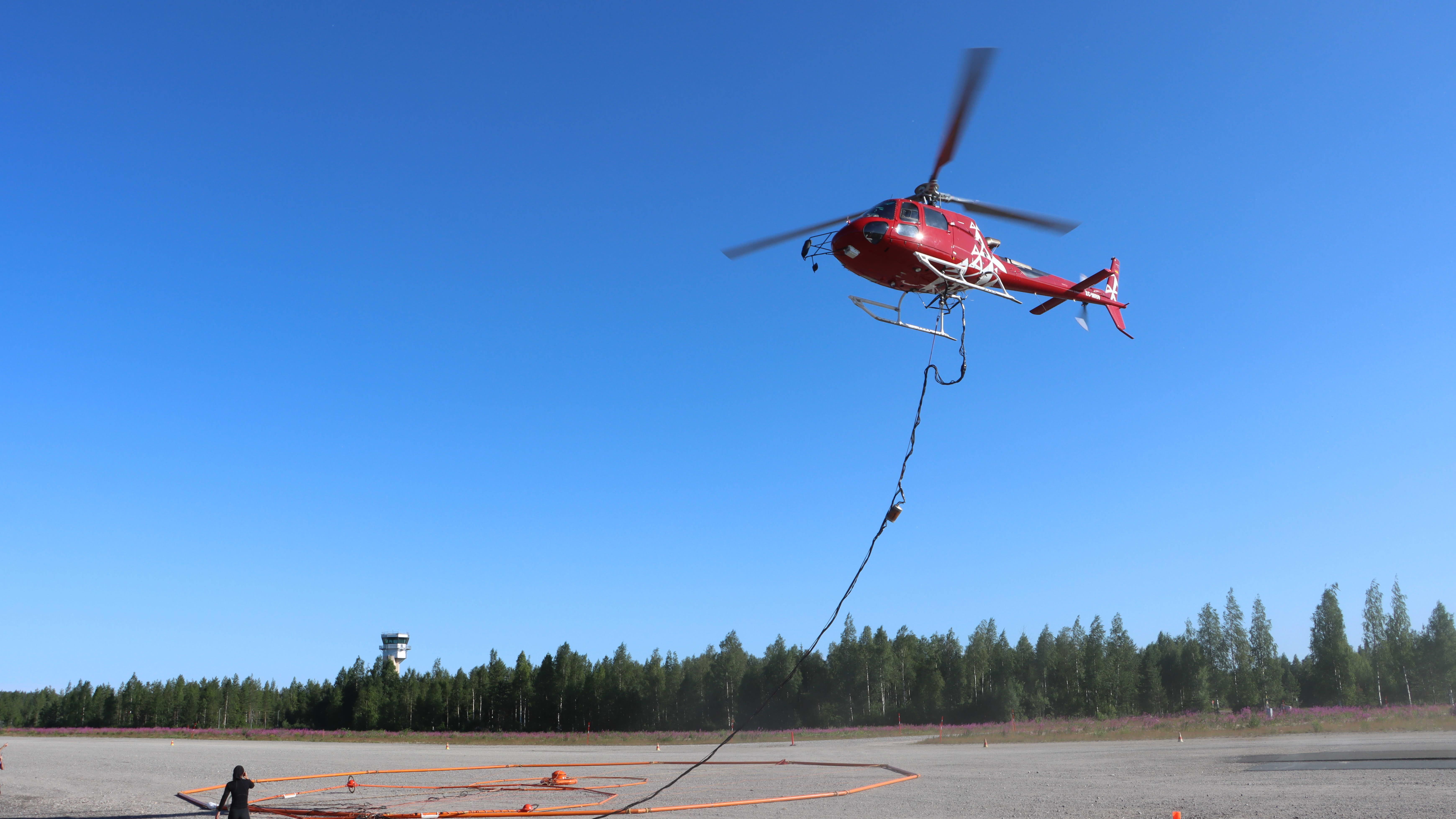 Helikopteri ilmassa matalalla