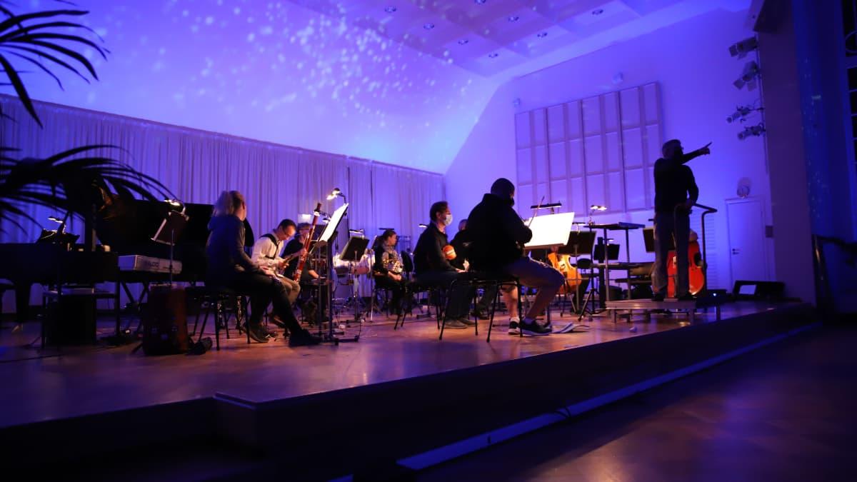 Näin valotaiteilija Joonas Tikkasen värimaailma rytmittää Kymi Sinfoniettan konsertin