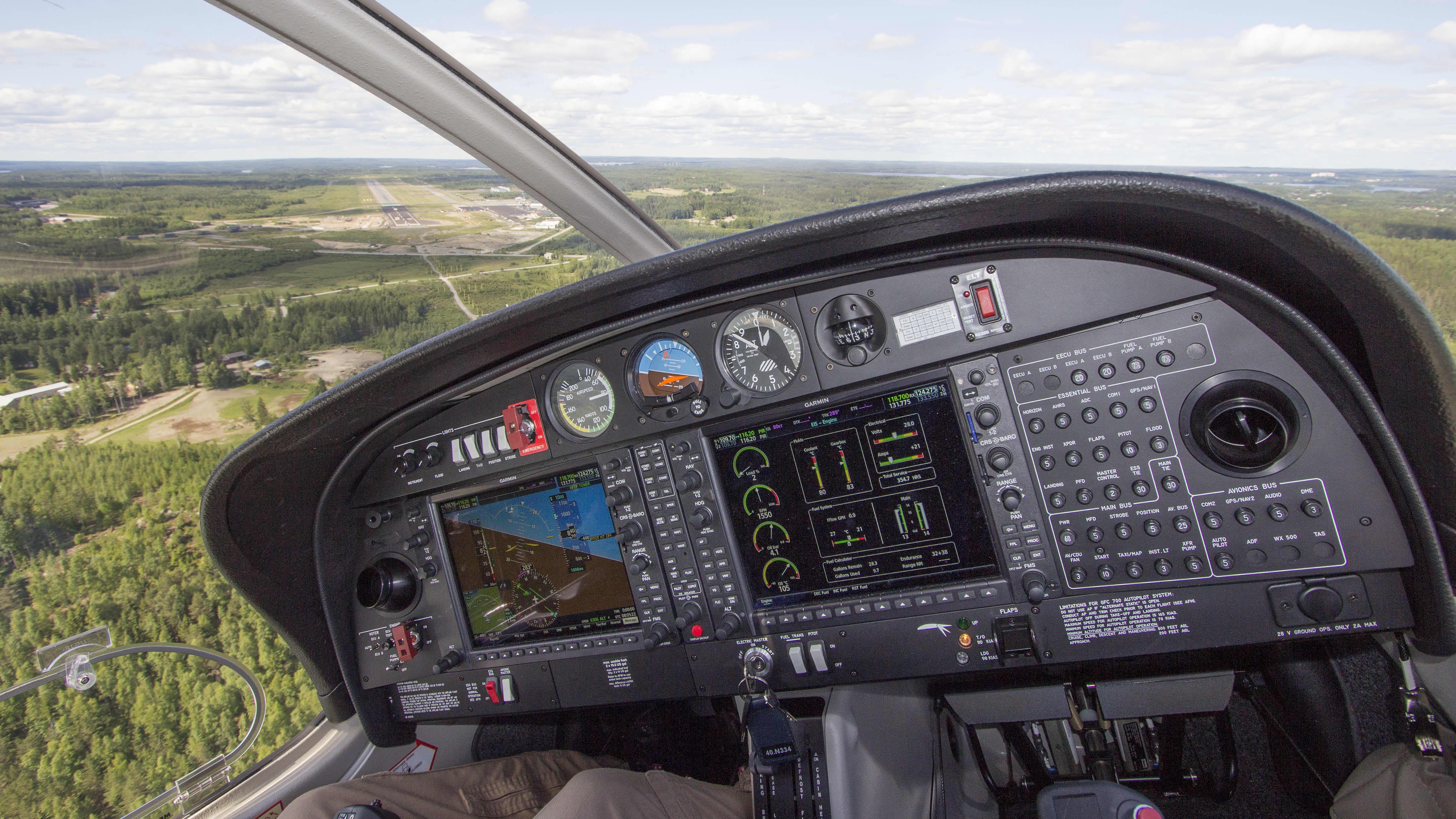 Patria Pilot Trainingin koulukone tulossa laskuun Tampere-Pirkkalan kentälle