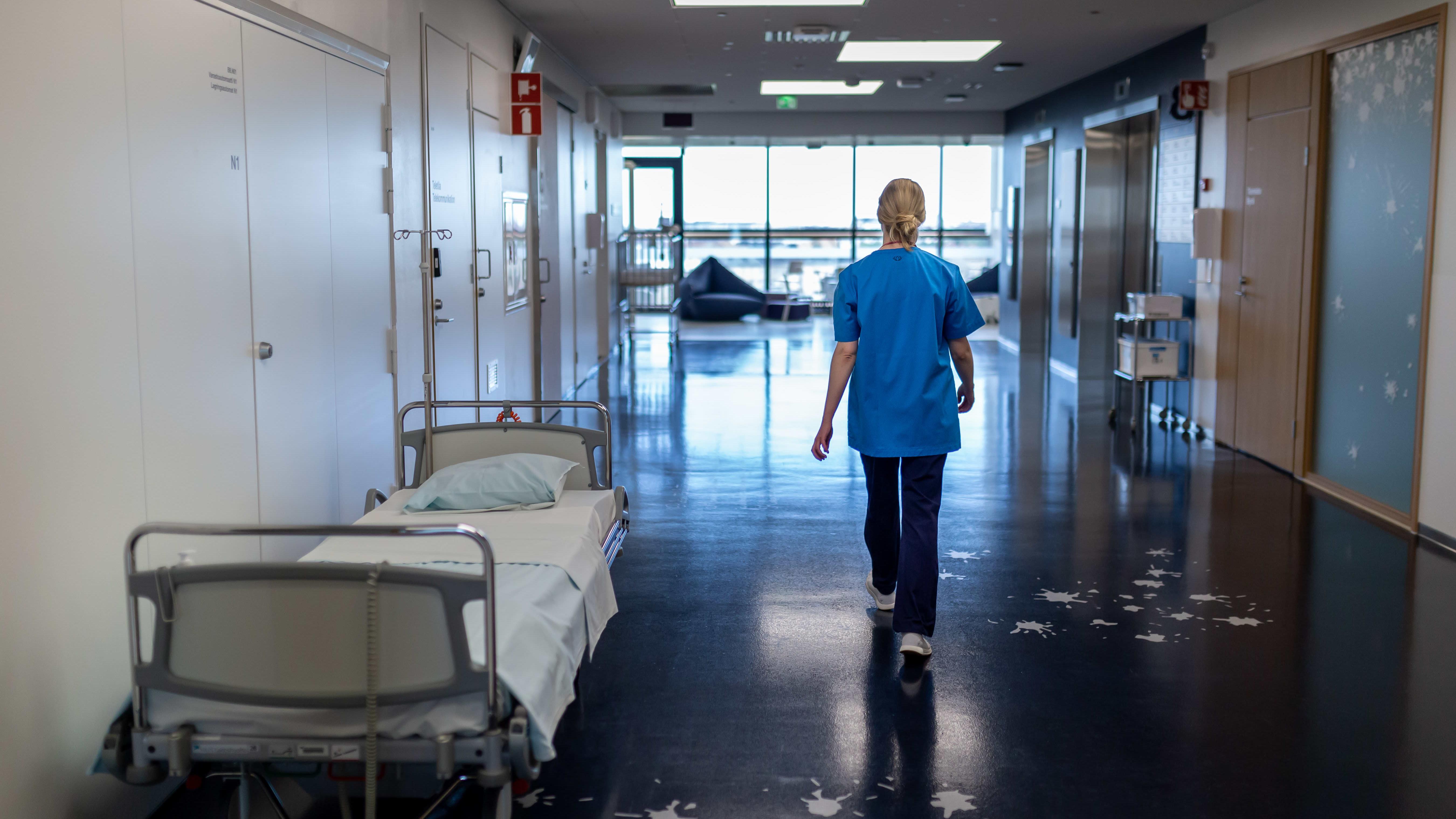 Sairaanhoitaja sairaalan käytävällä