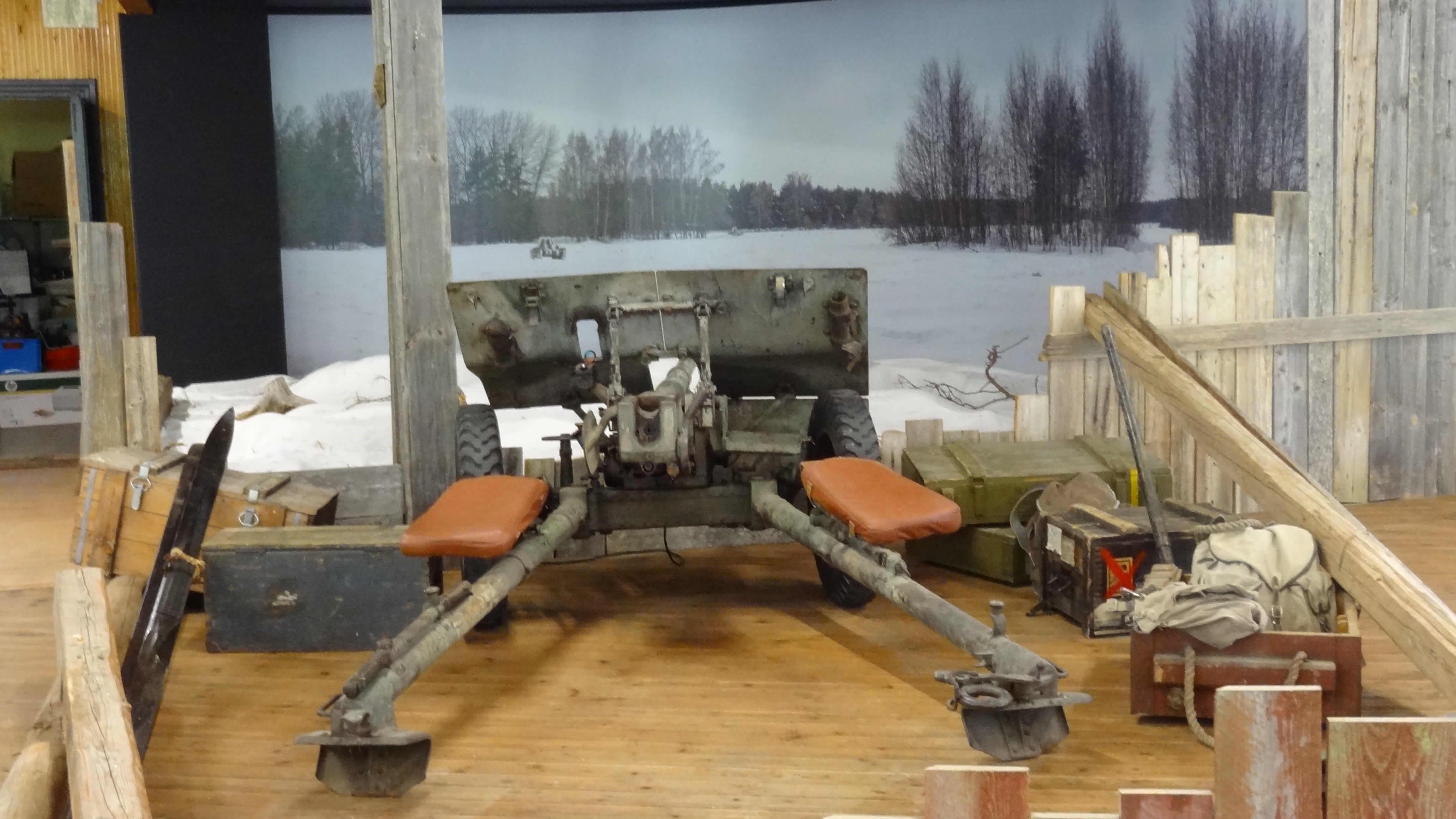 Vanha panssarintorjuntatykki tähtää talvista maisemakuvaa.