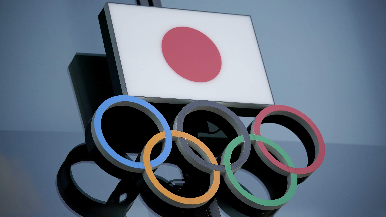 Japanin lippu ja olympiarenkaat.