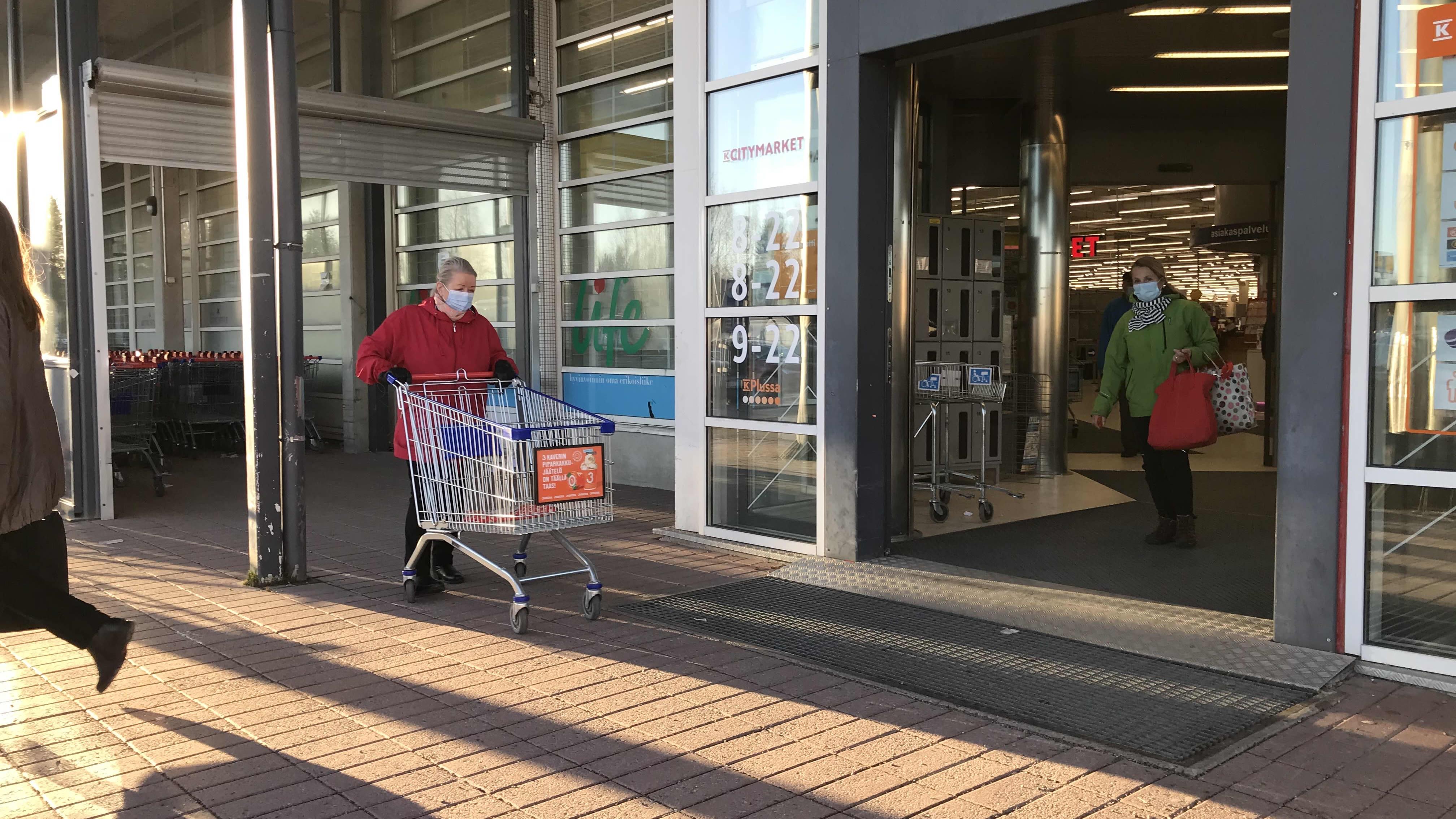 Asiakkaita Rovaniemen Citymarketissa.