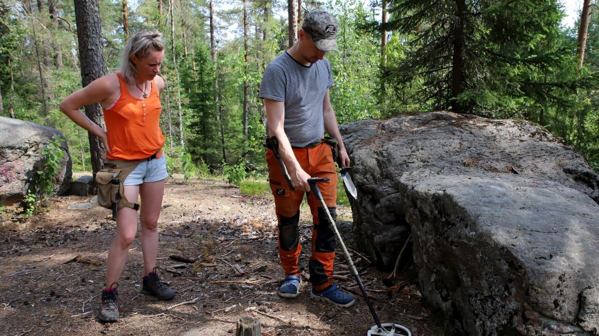 Lahtelaiset Minna Voutilainen ja Janne Söderholma metallinetsinnässä.