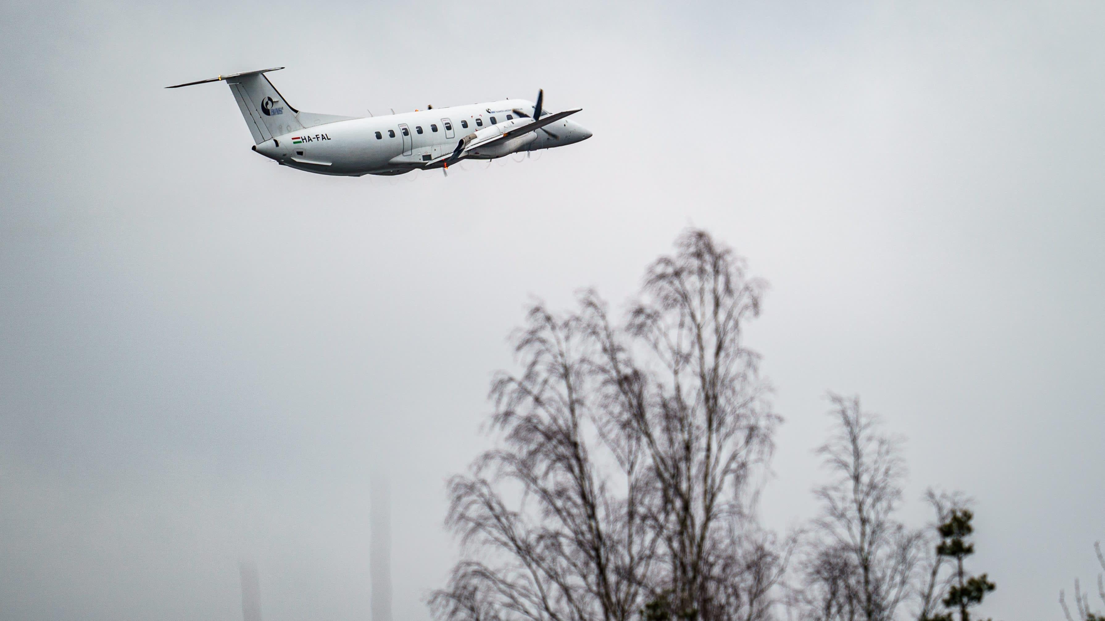 Budapest Aircraft Servicen kone nousussa Porin lentokentältä matkalle Helsinkiin.