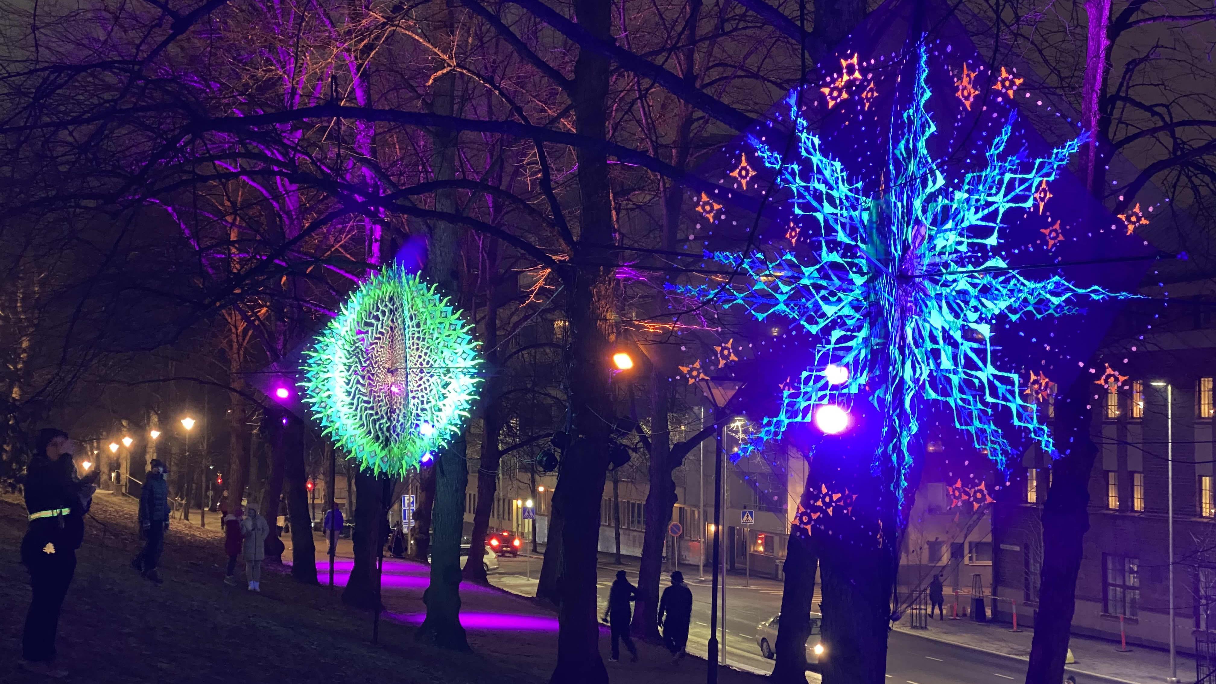 Lahden kirkkopuisto on valaistu Lahden taidemuseon 70-vuotisjuhlien kunniaksi Flowers of life -ryhmän valotaiteella.