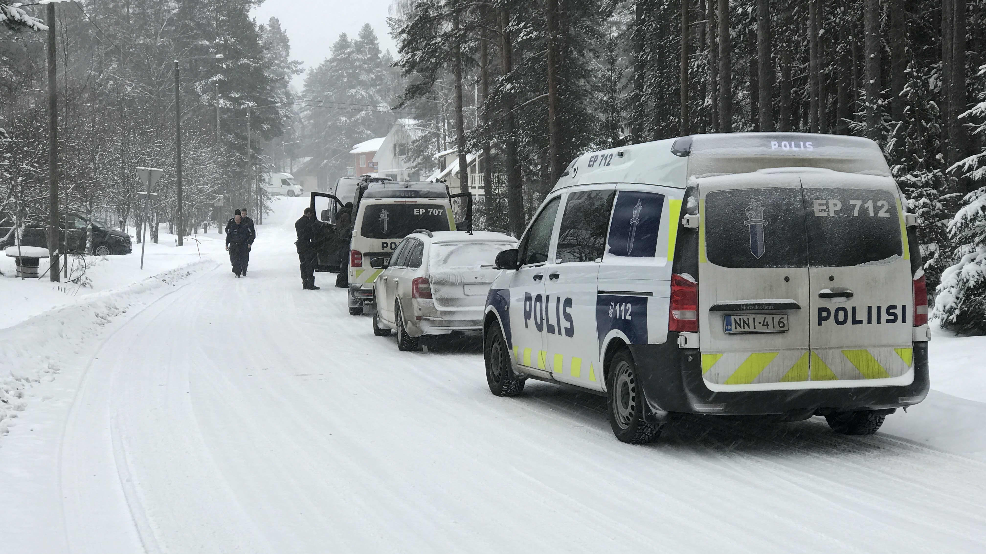 poliisit ajavat