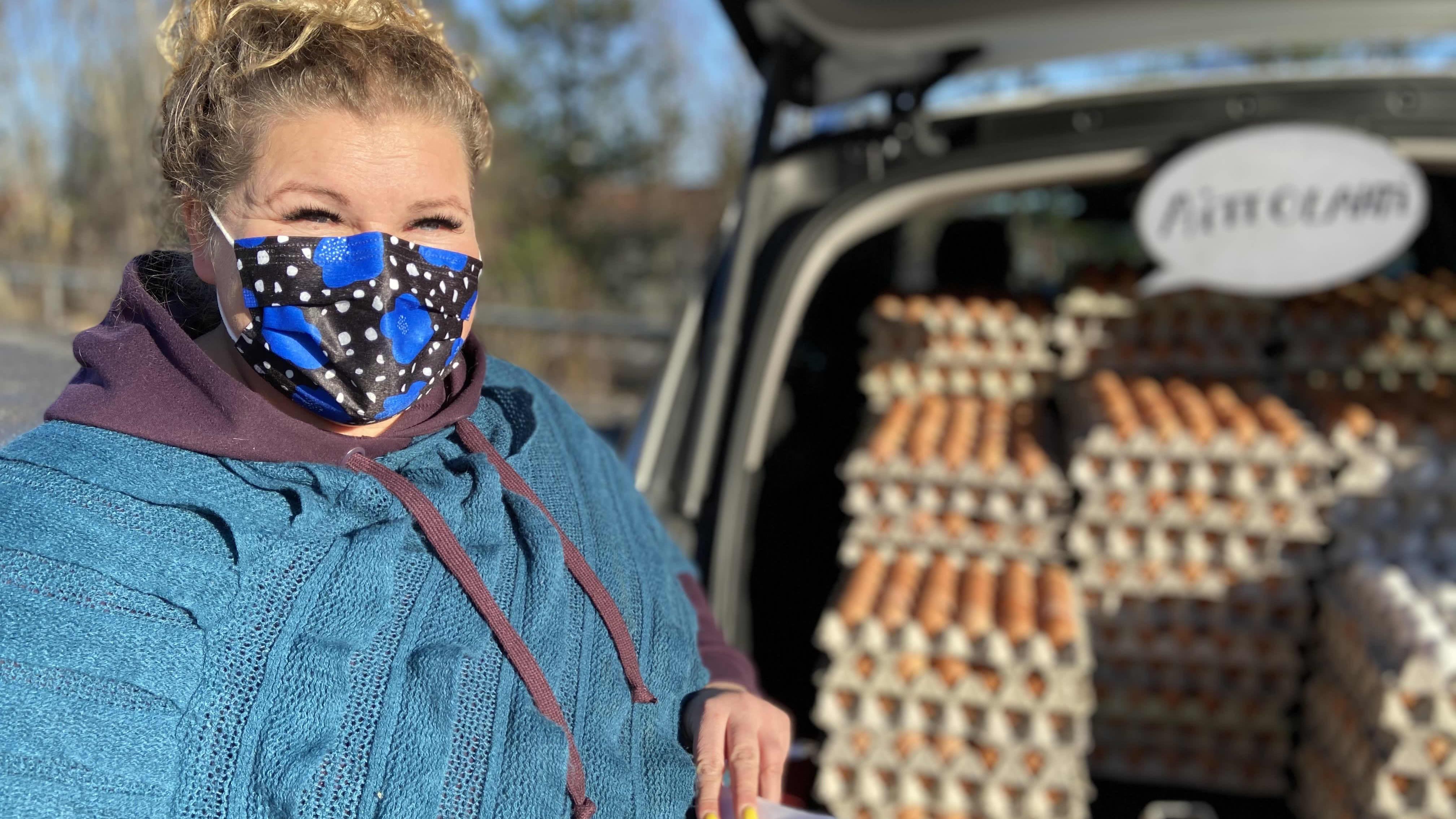 Kanalayrittäjä Lea Aittolahti myy auton takakontista REKO-piirille kananmunia Tohlopissa