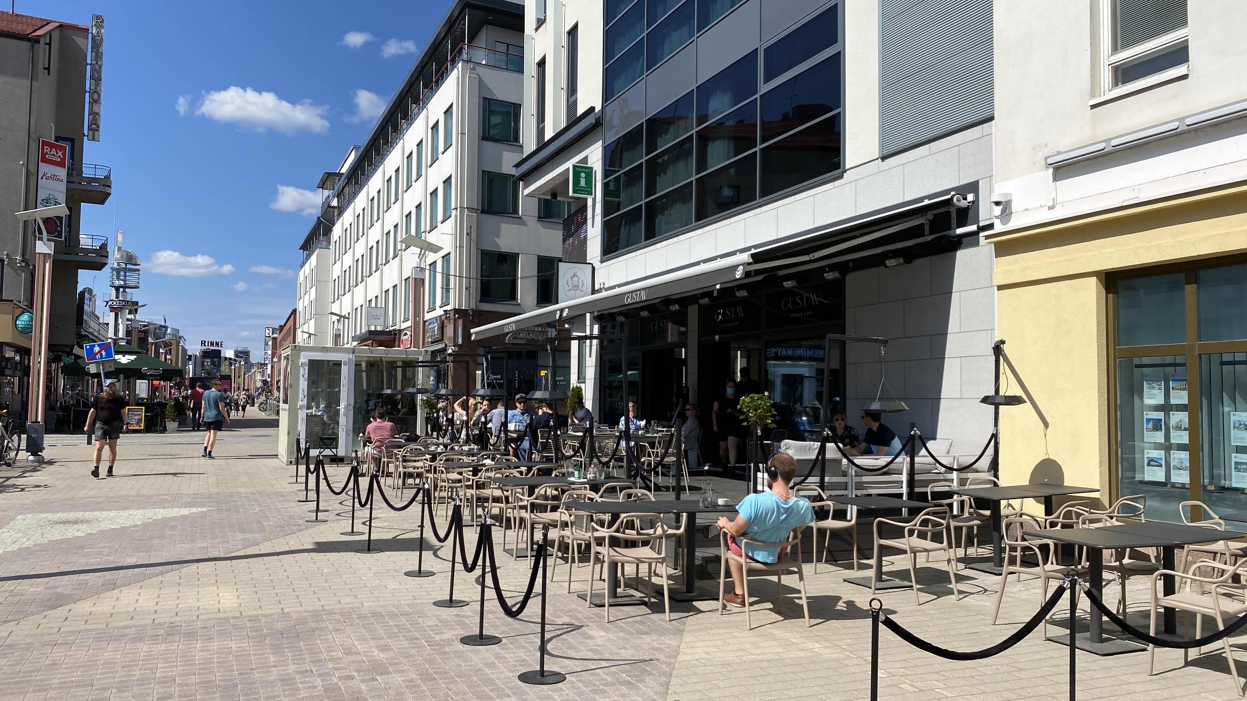 Kävelykatu Rovaniemellä, ravintolan terassilla on ihmisiä