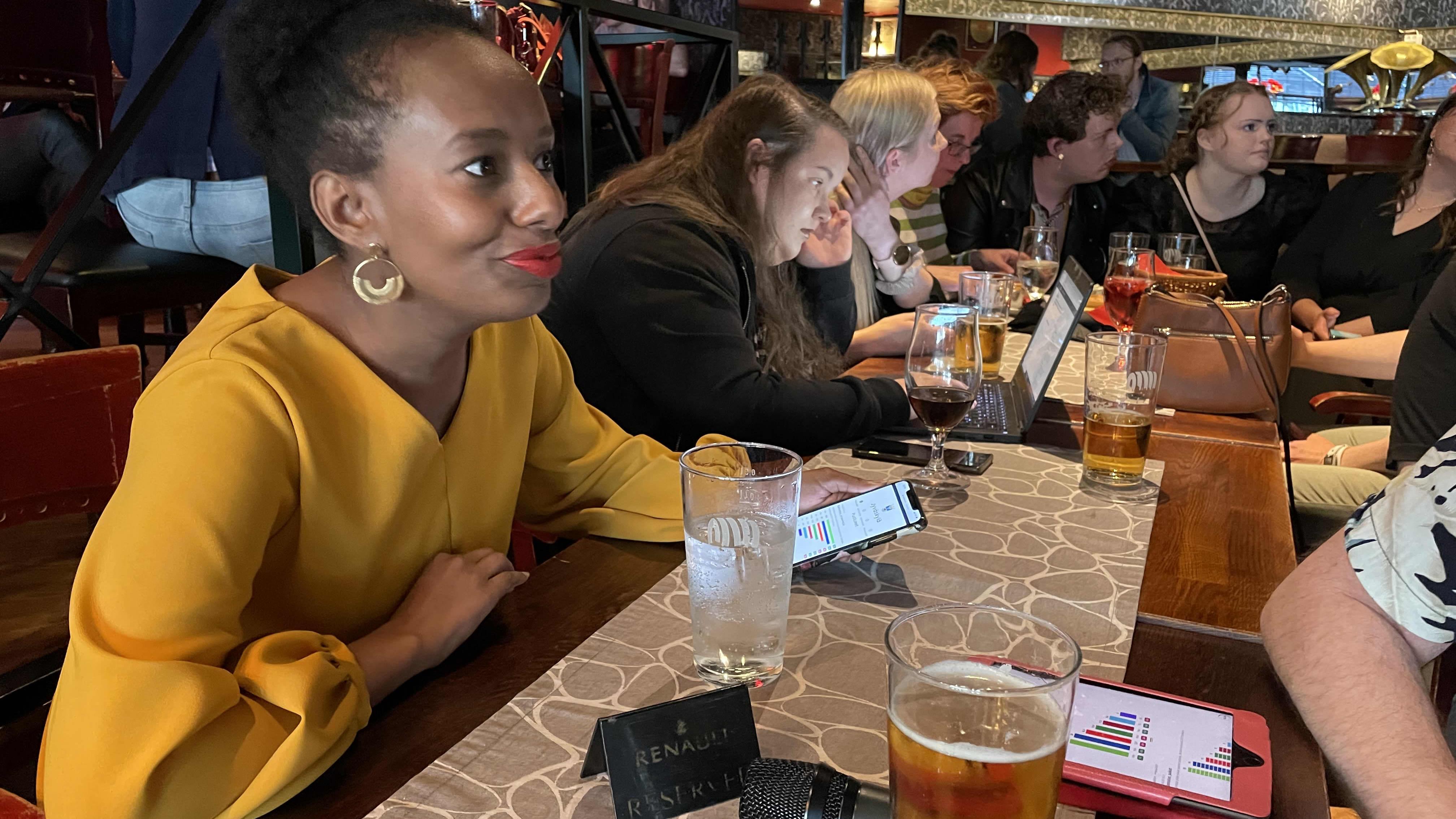 kansanedustaja Bella Forsgren jännittää kuntavaalien tulosta ravintola Sohvissa Jyväskylässä.