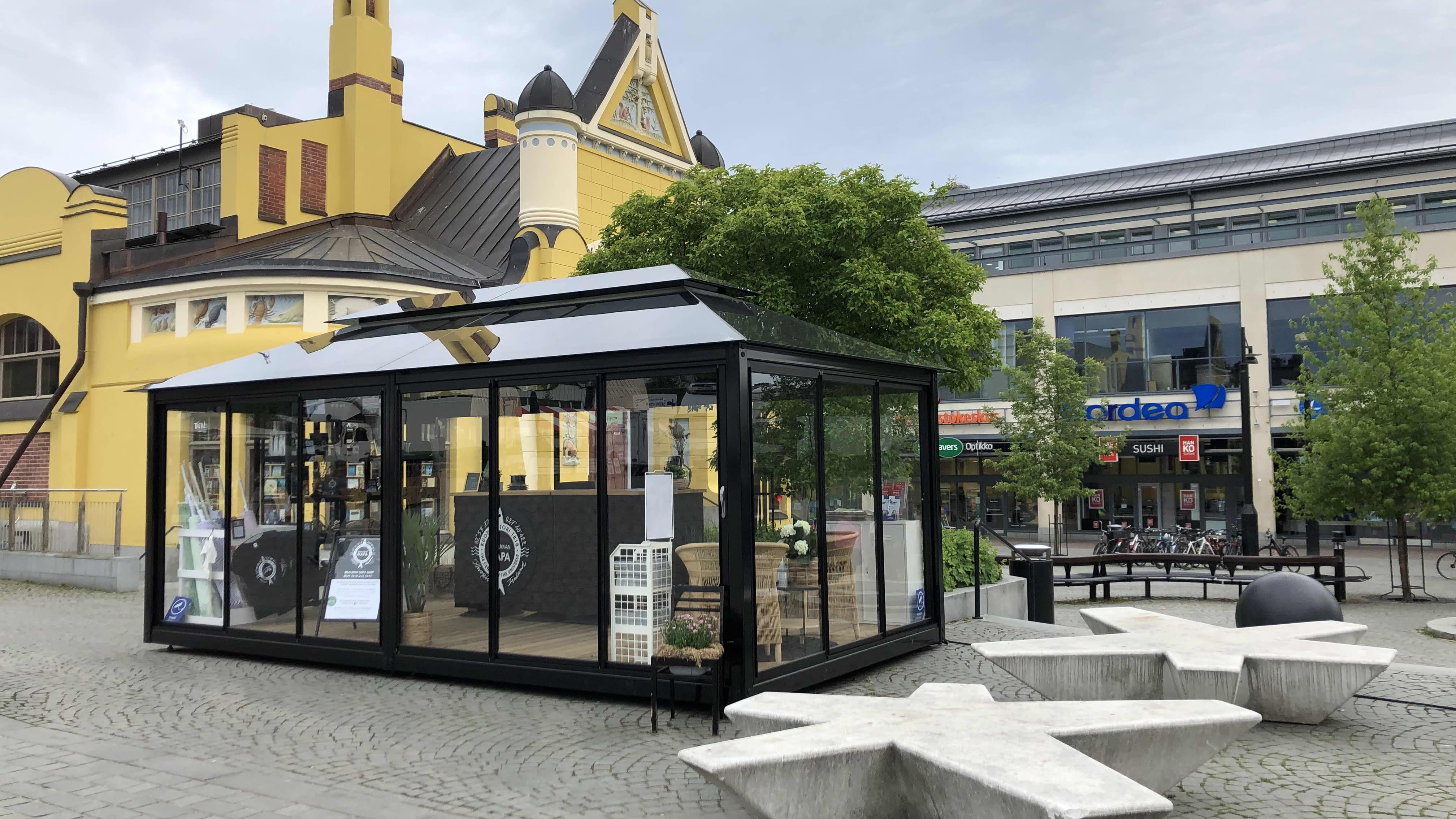 Kuopion torille tuotu lasipaviljonki eli Mualiman napa -shop.