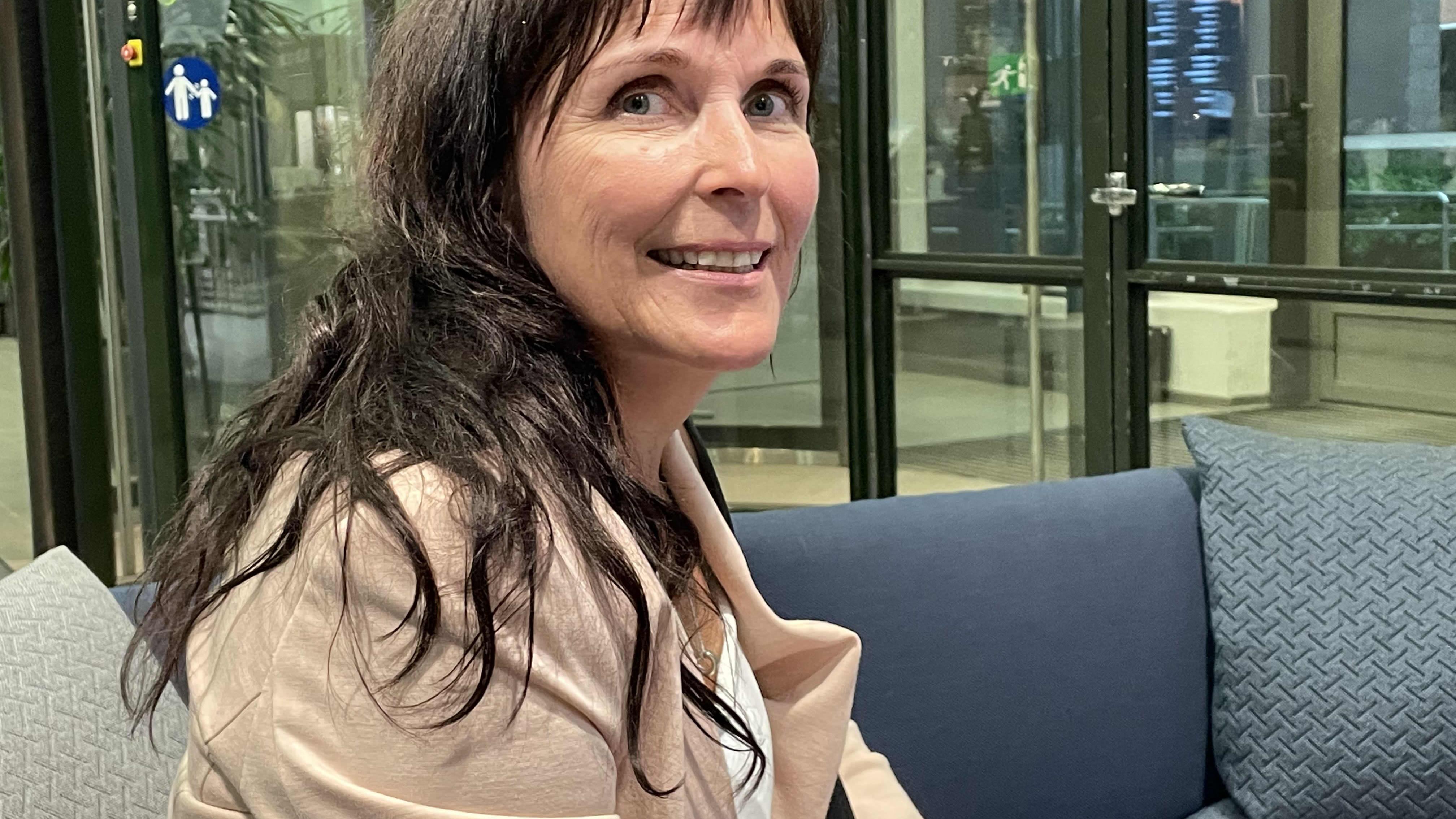 Utajärven kunnanjohtaja Anne Sormunen istuu sohvalla.