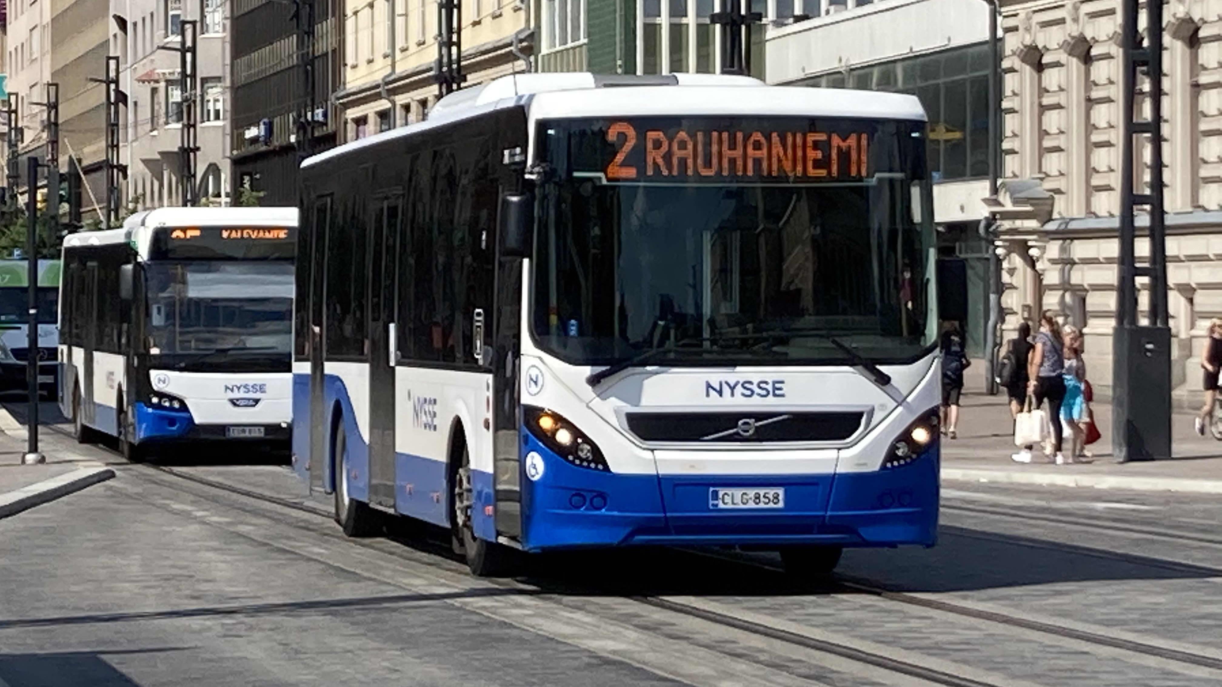 Tampereen busseja liikenteessä keskustorin vieressä