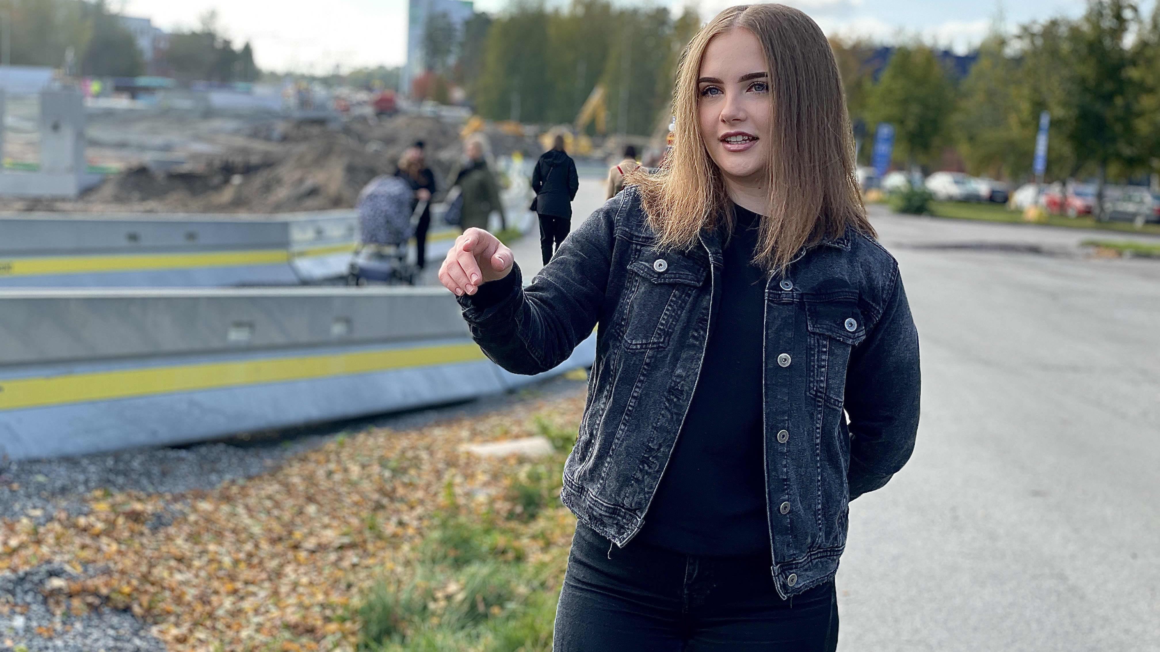 Anniina Tapio seisoo rakennustyömään edessä.