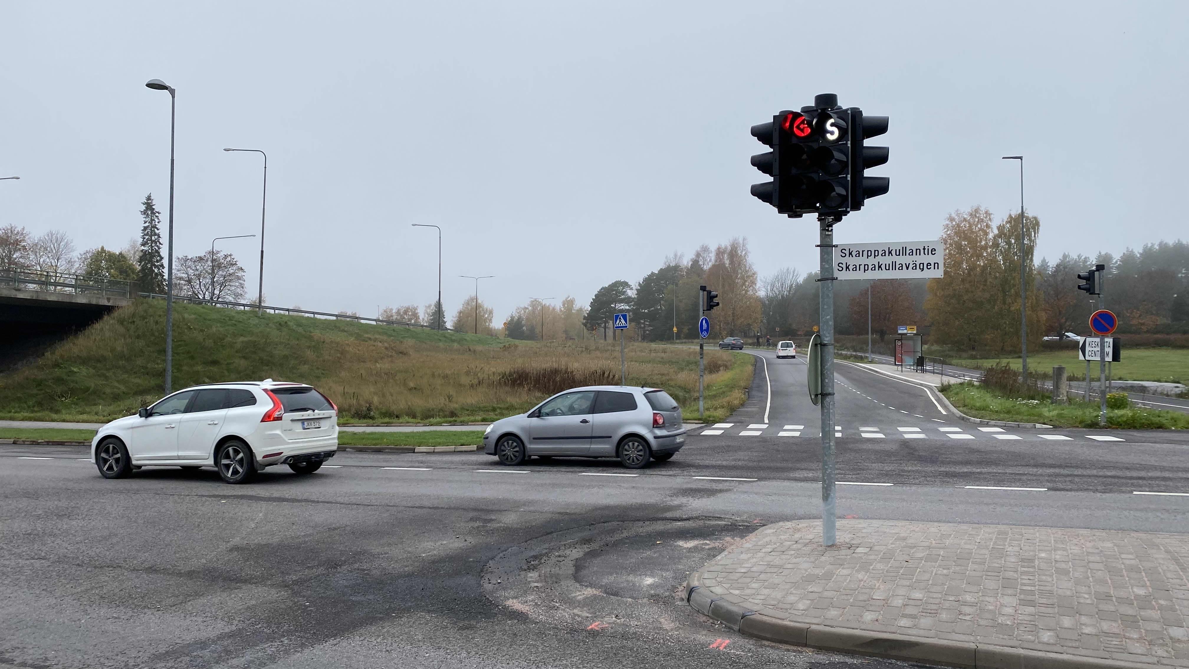 Uusi liikennevalotolppa Skarppakullantiellä.