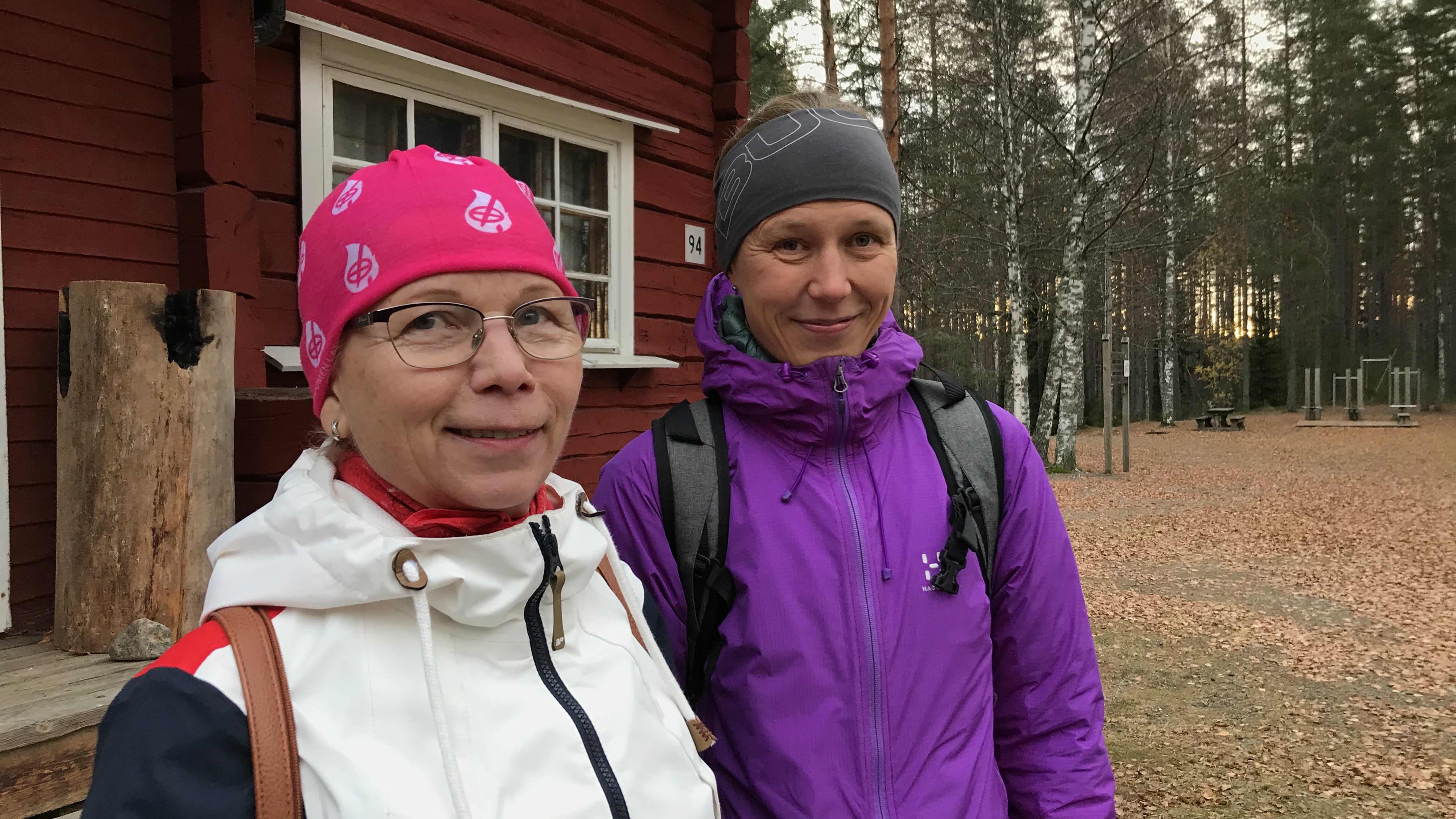 Joensuun Ladun puheenjohtaja Marjatta Partanen (vas.) ja Joensuun kaupungin liikuntasuunnittelija Anu Korhonen Lykynlammella.