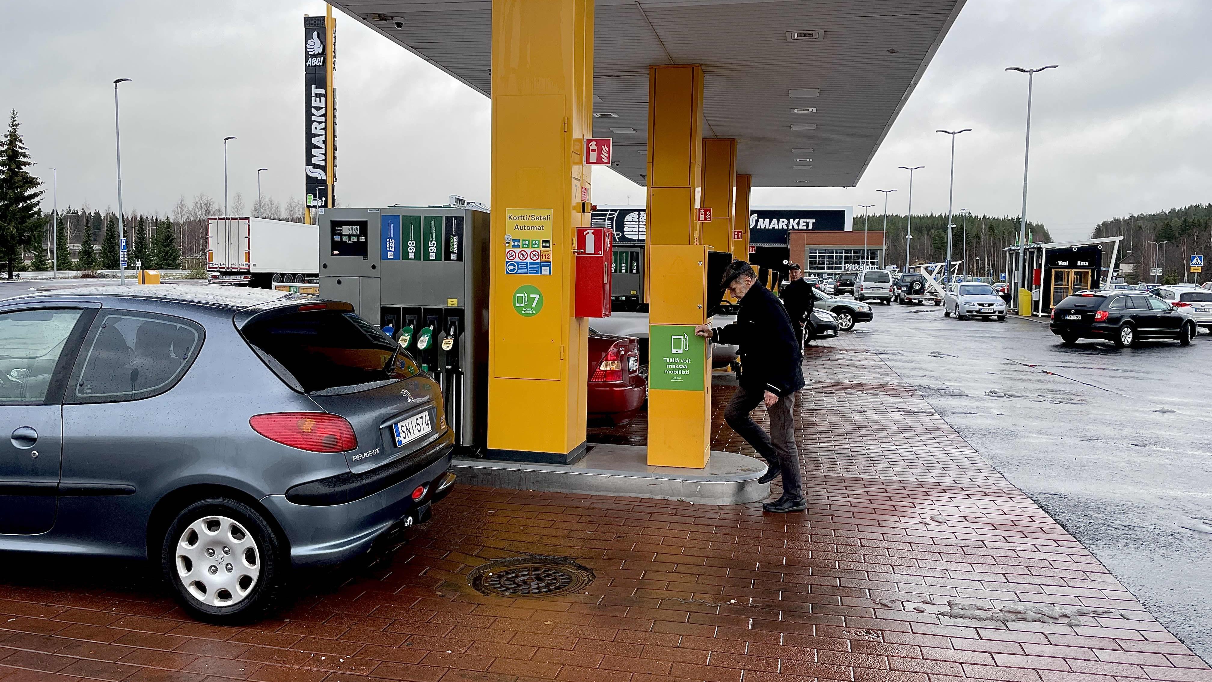 Autoilijoita tankkaamassa Kuopion ABC-asemalla