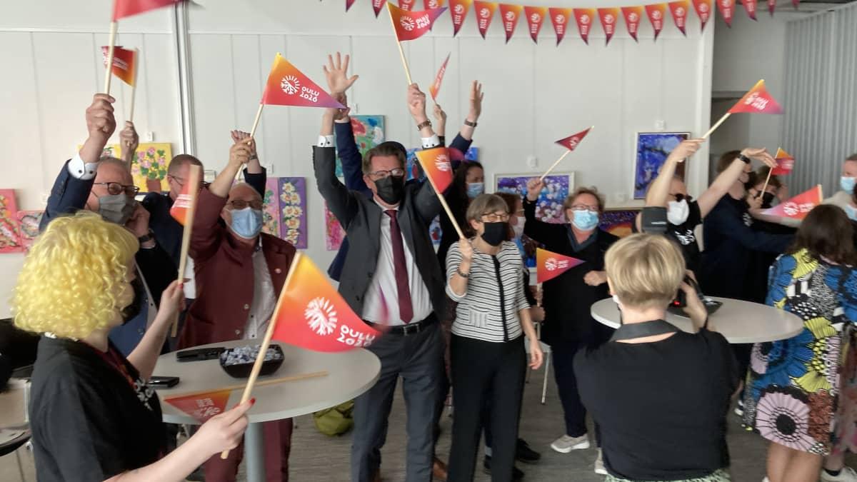 Oulun kaupungin edustajat juhlivat tietoa kulttuuripääkaupungista tuoreeltaan.
