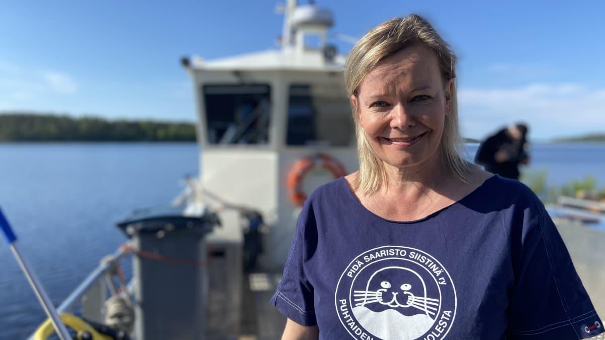 Pidä Saaristo Siistinä ry:n aluepäällikkö Eeva Taimisto Roope-Saimaan kannella.