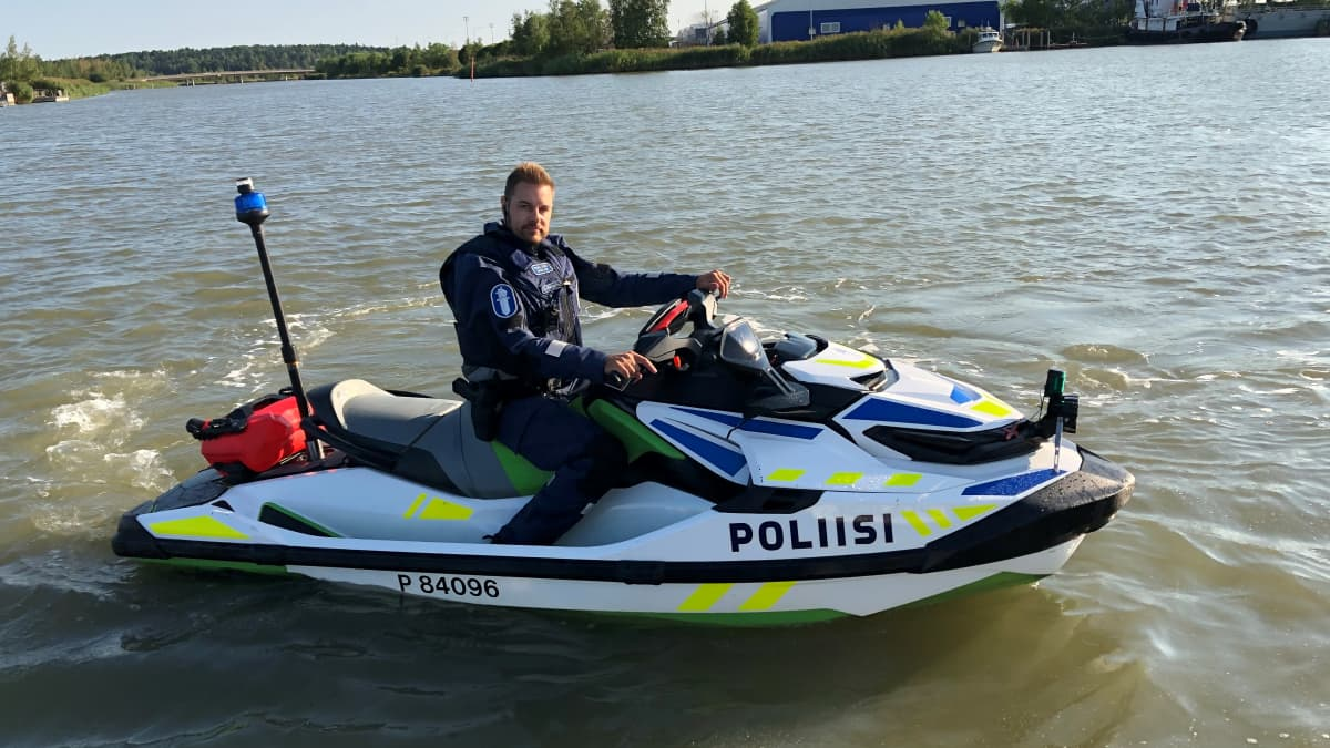 Turun venepoliisi tyytyväinen vesijettiinsä
