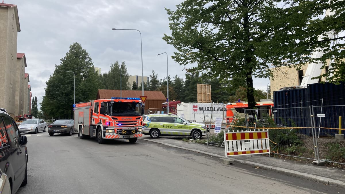 Pelastuslaitoksen ajoneuvoja rakennustyömaalla