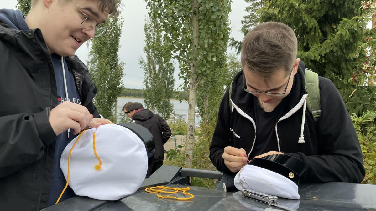 Opiskelijat pääsevät jälleen bilettämään – katso, miten fuksilakki valmistetaan