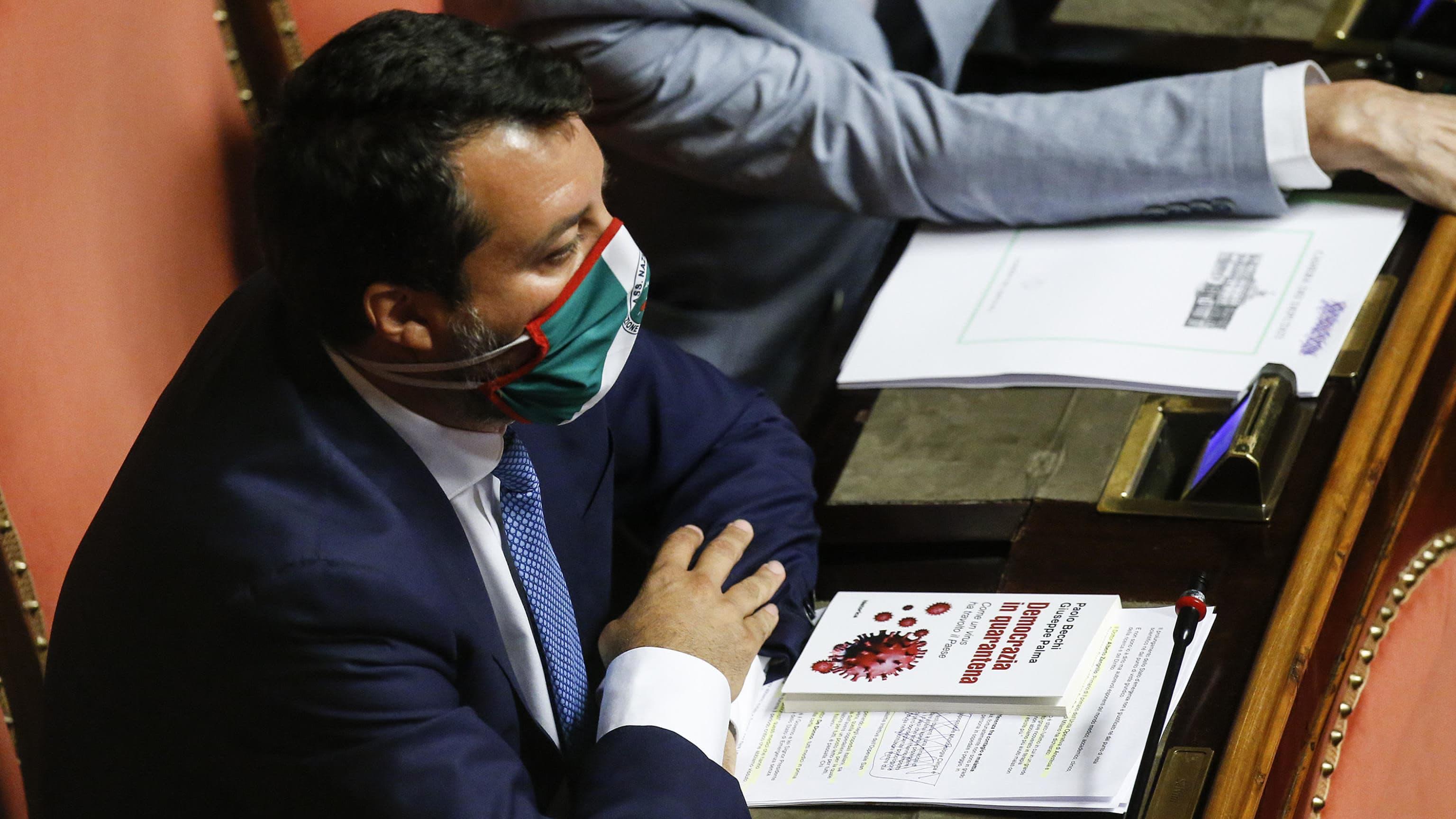 Legan johtaja Matteo Salvini istuu Italian senaatissa kasvosuojus kasvoillaan.