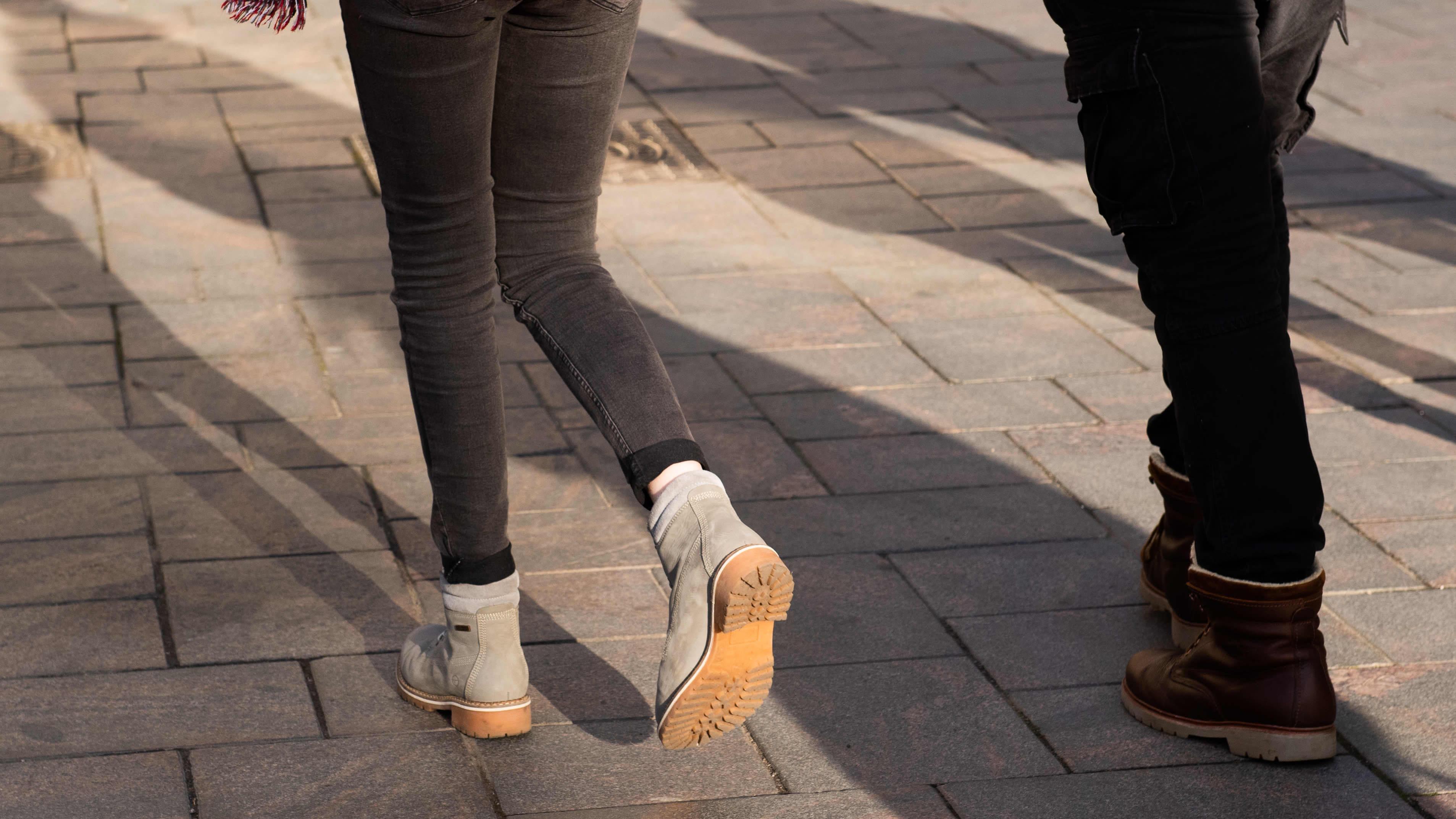 Tyttö kävelee kadulla.