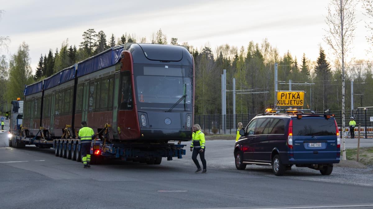Ratikka saapuu Tampereen varikolle