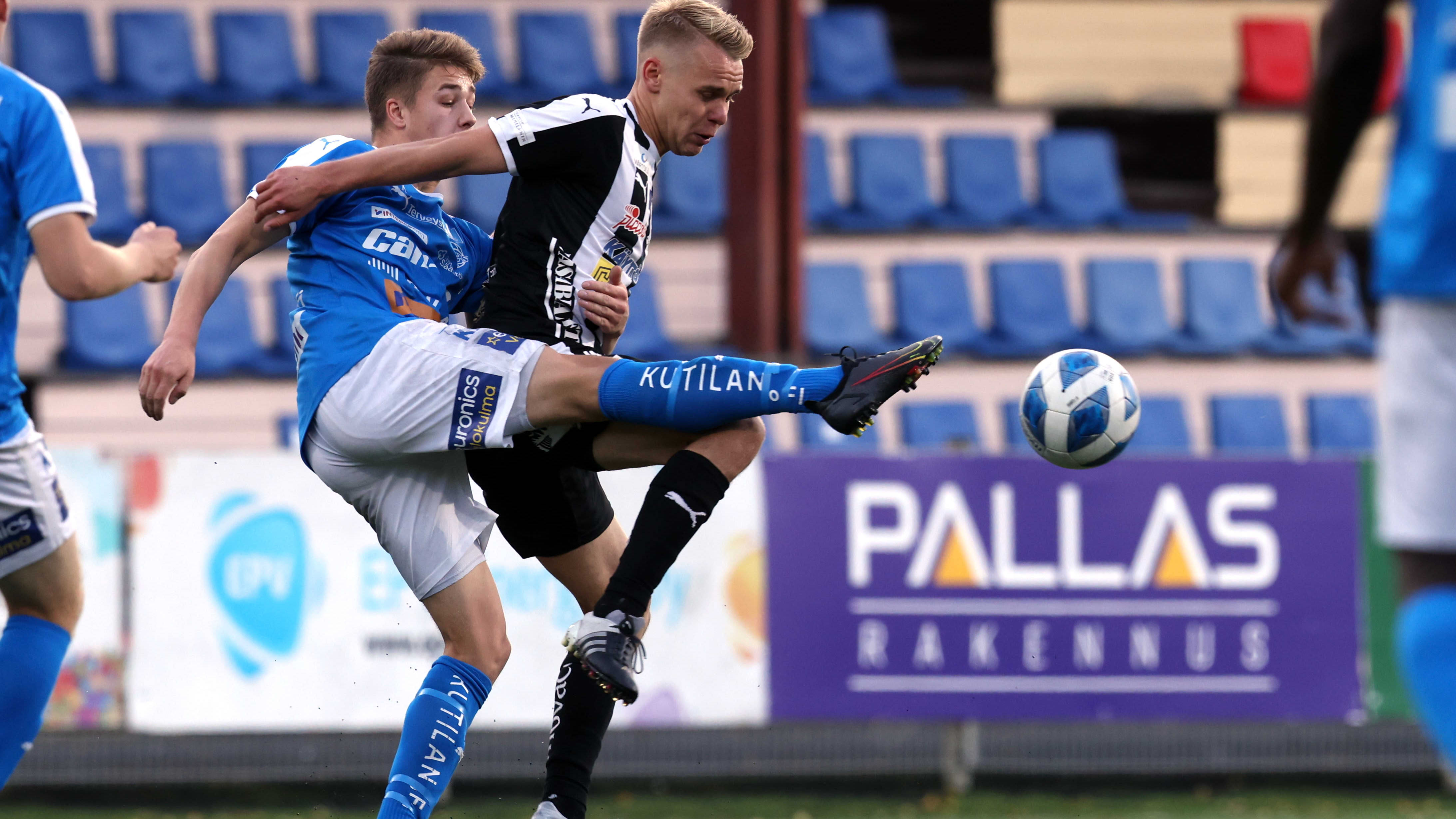 Tuomas Kaukua ja Aleksi Pahkasalo taistelevat pallosta pelissä VPS-RoPS lokakuussa 2021.