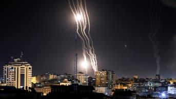 Hamasin Israeliin ampumat raketit näkyvät taivaalla Gazan yllä.