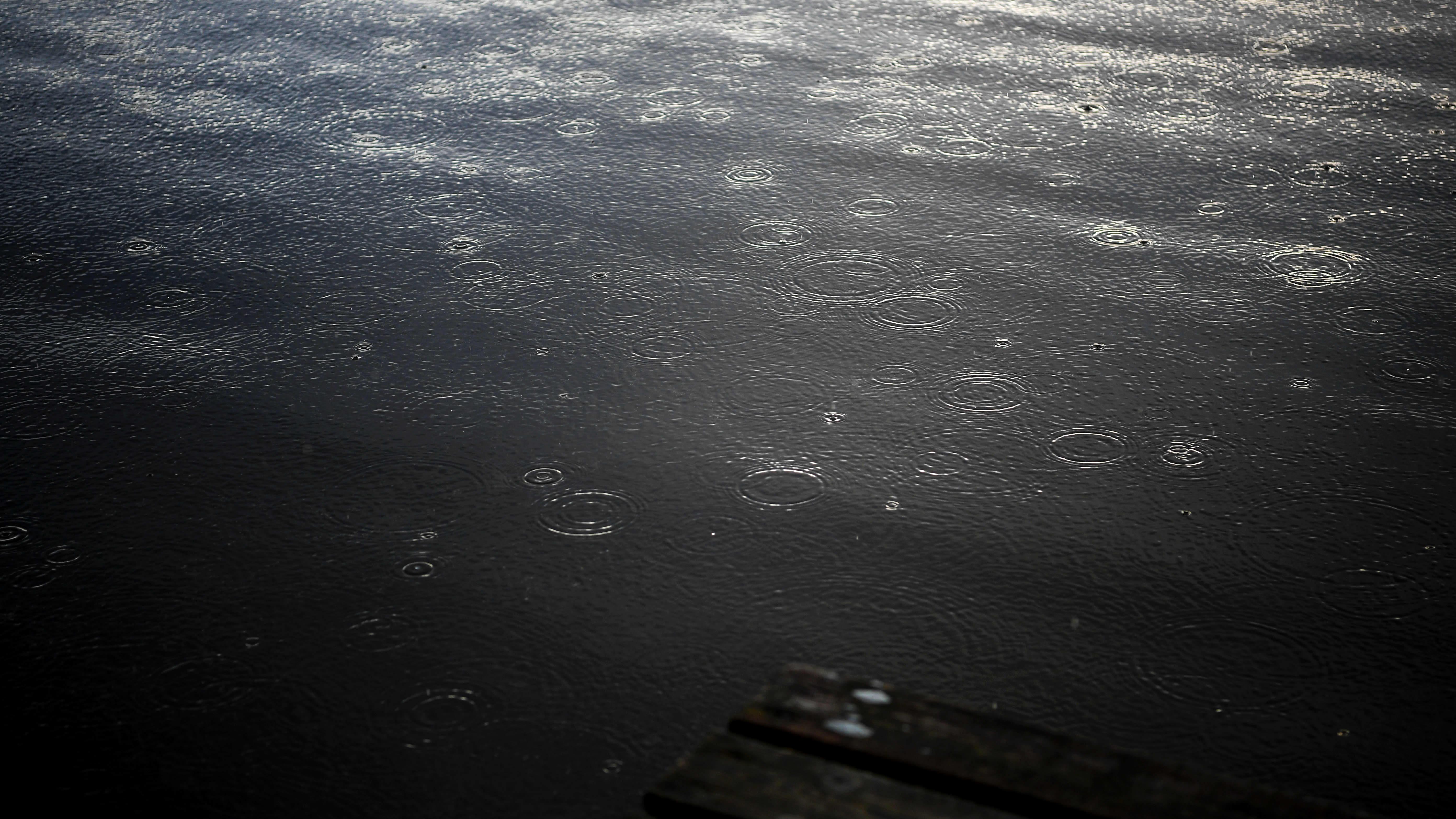 Vesipisaroita vedessä.
