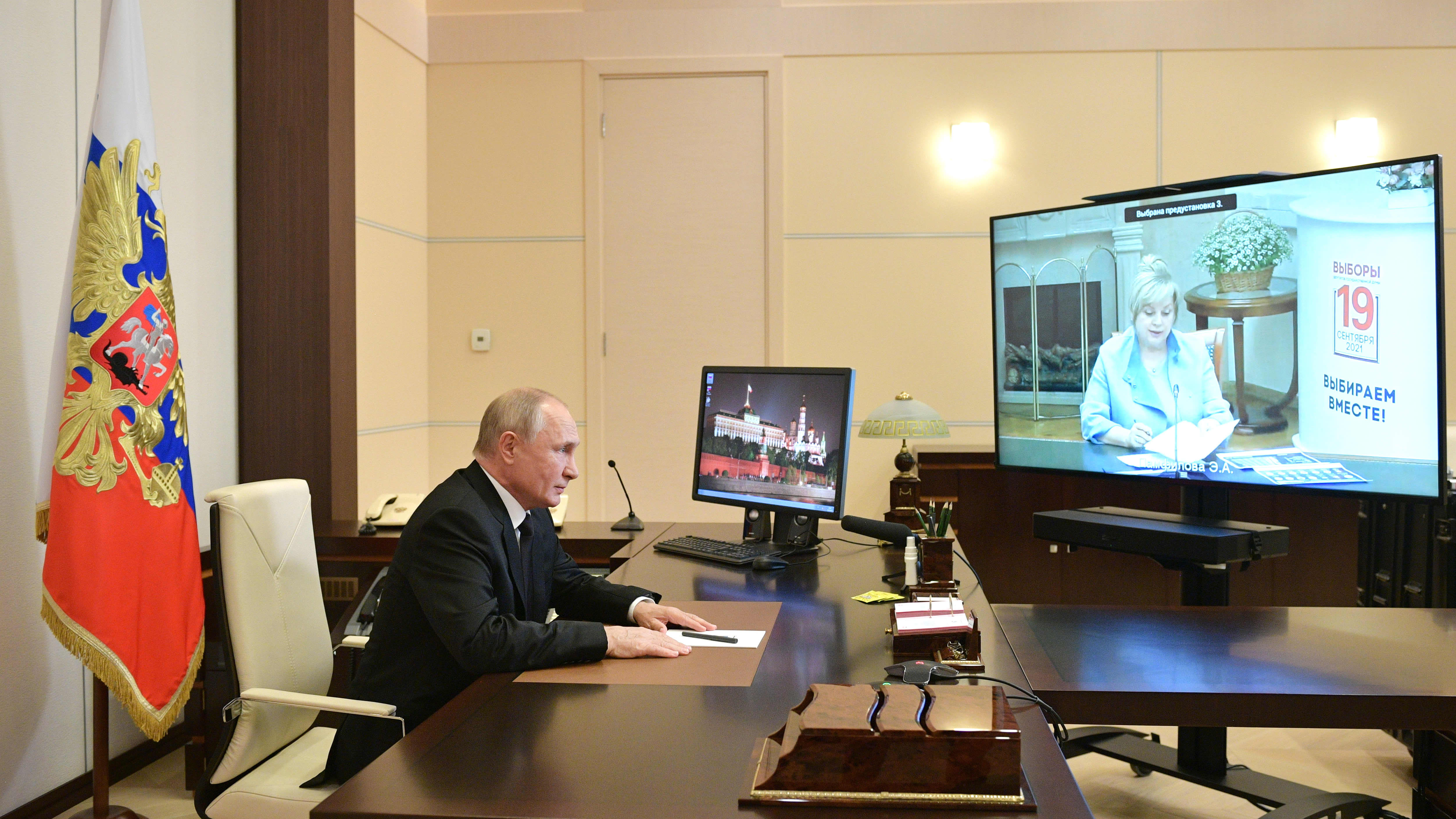 Vladimir Putin videokokouksessa.