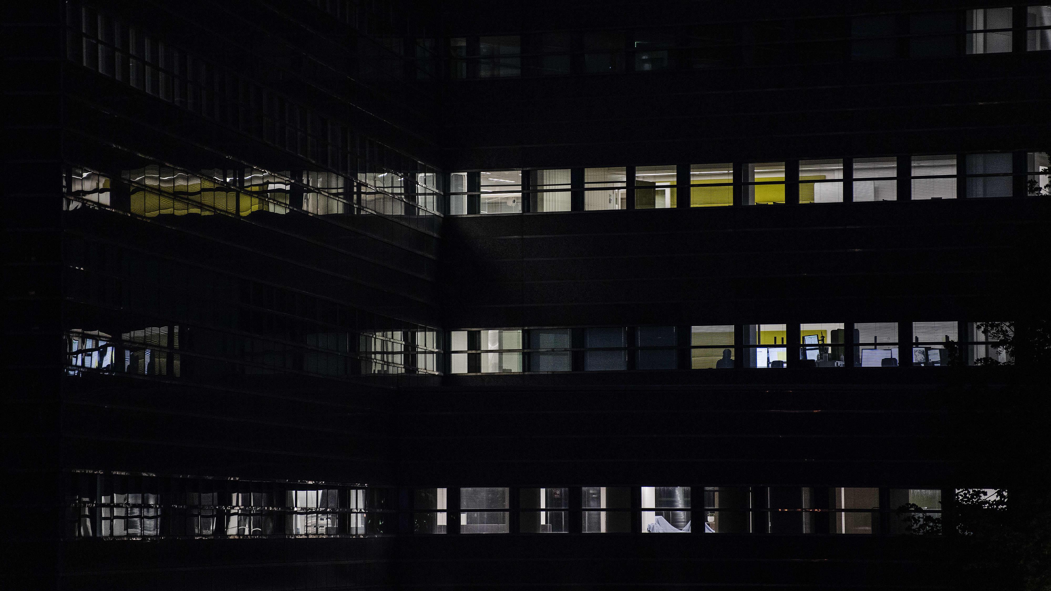 Kuvassa on toimistorakennus pimessä Pasilassa syyskuussa 2020.