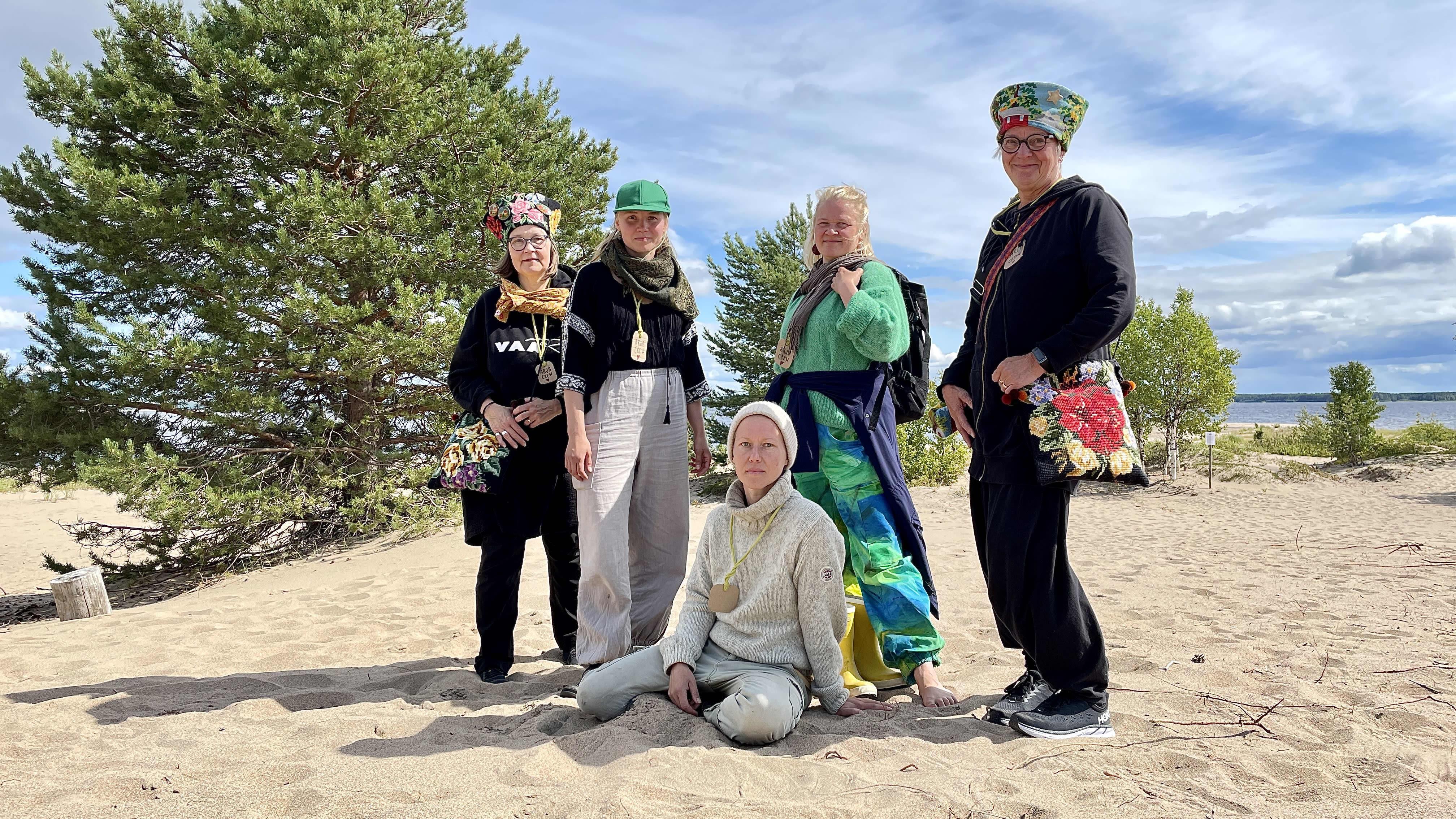 Ärjän taidefestivaalin tuottajat Sara Saxholm ja Elsa Lankinen sekä festivaalille yhden taideinstallaation suunnitellut Saara Hannula ja osallistavan työpajan, Muorien taidekässämajan vetäjät Piki Paananen ja Soile Savela Ärjässä rannalla.
