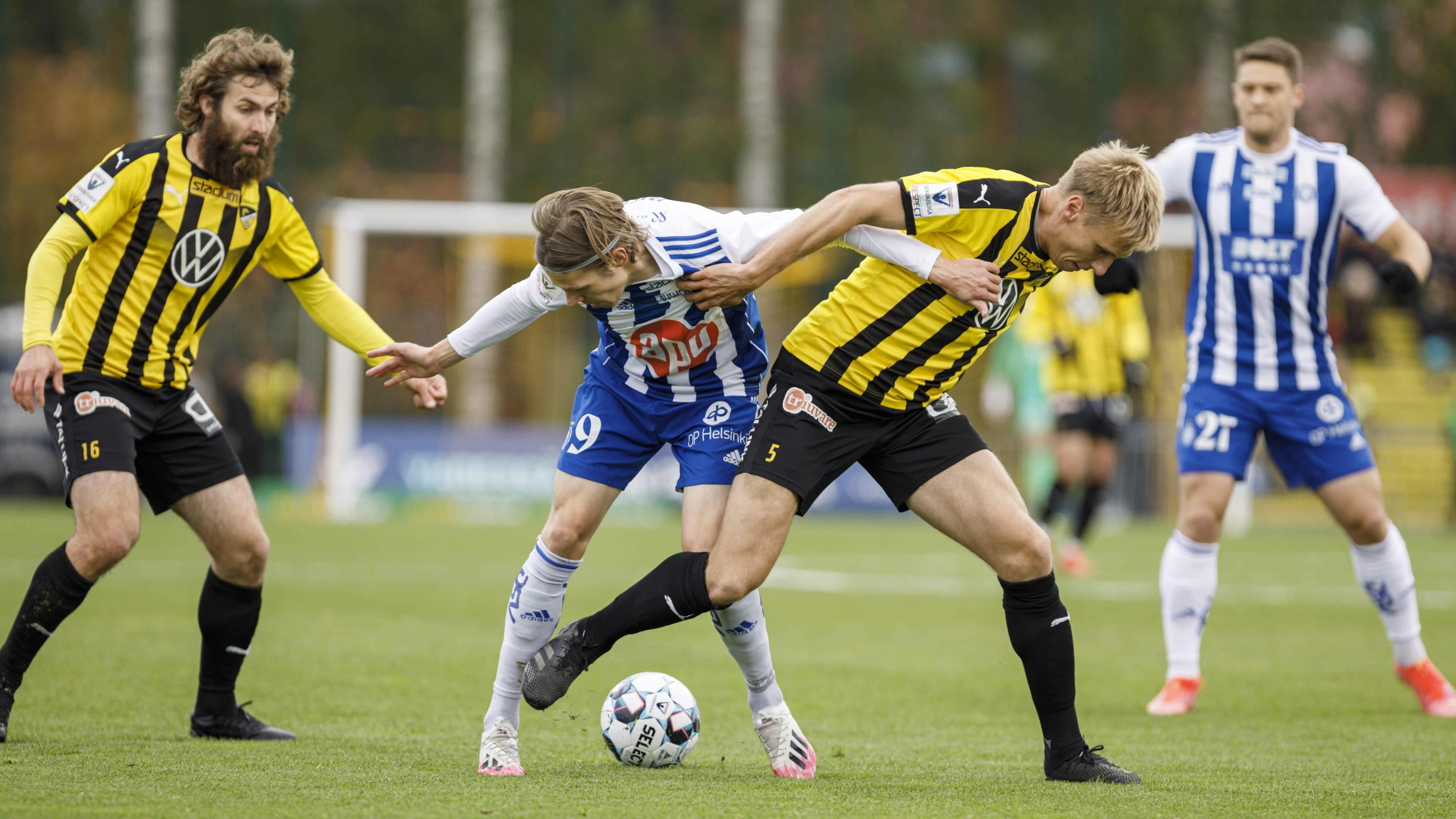 HJK:n Riku Riski (2. vas.) ja Hongan Henri Aalto kamppailevat pallosta.