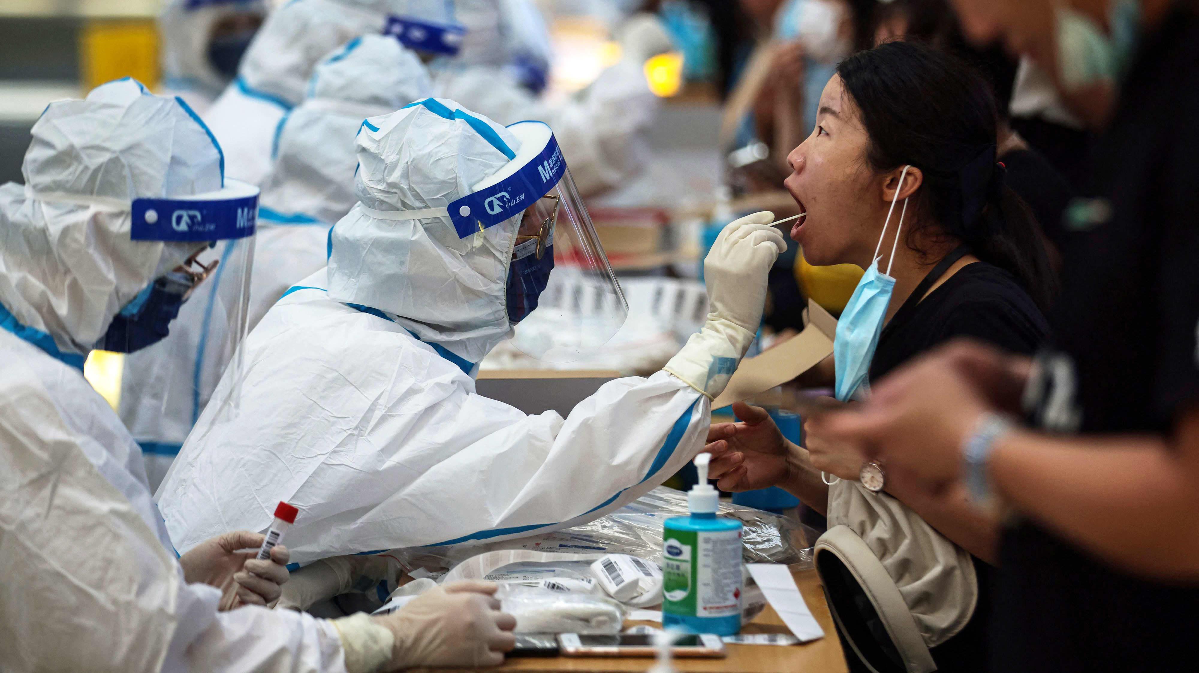 Koronanäytettä otertaan nielusta testipaikalla.