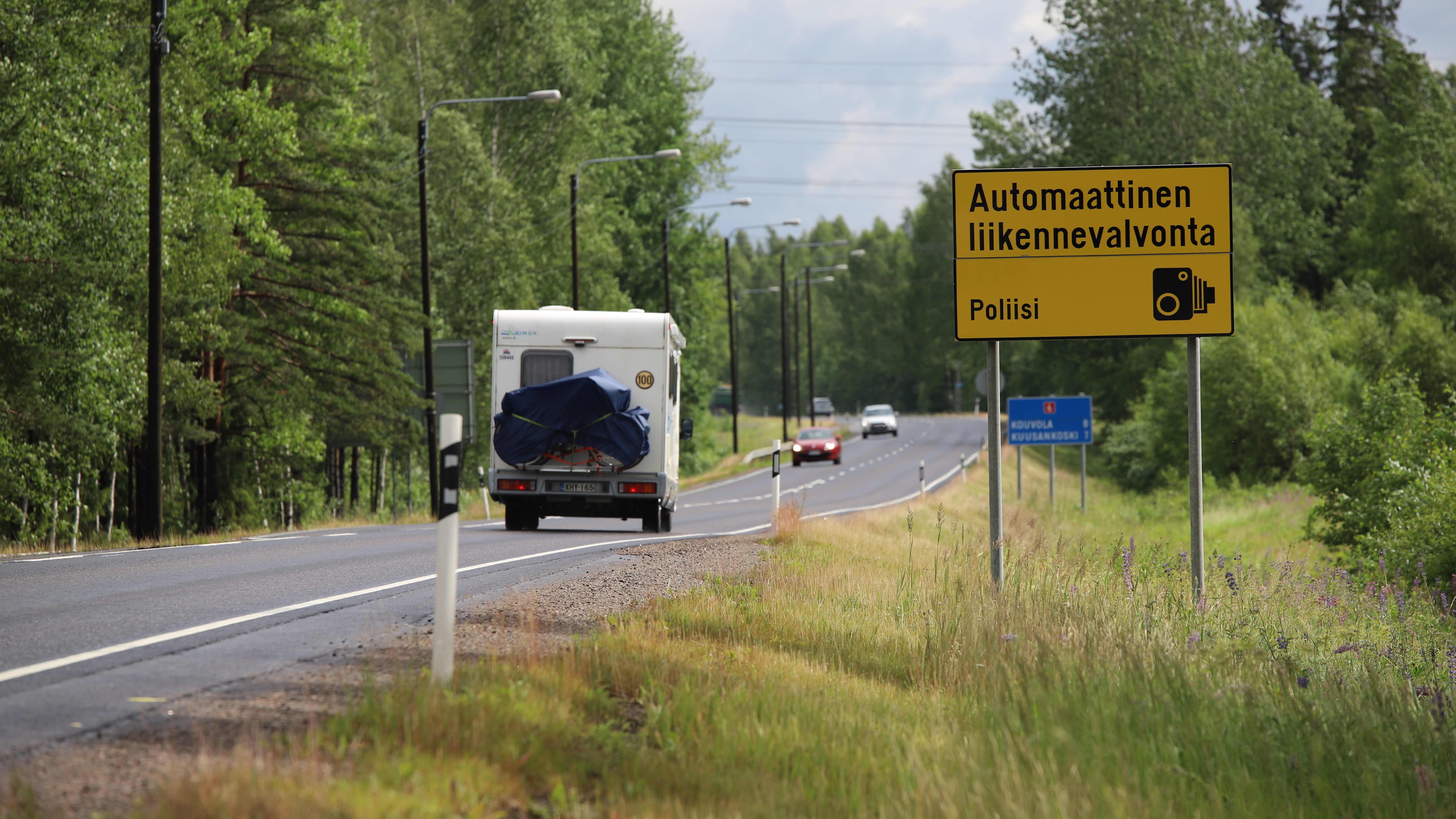 Liikennevalvontakyltti Korialla Kouvolassa.
