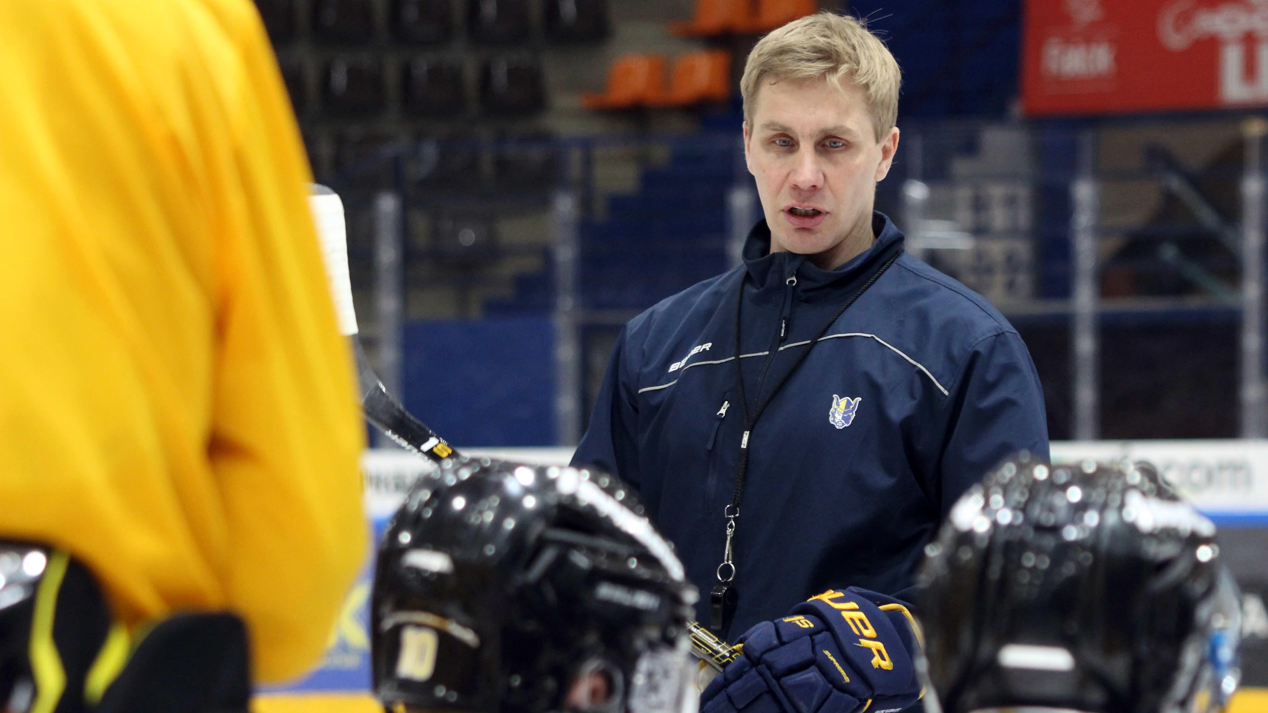 Päävalmentaja Marko Kauppinen ohjeistaa pelaajia Mikkelin Jukurien harjoituksissa.