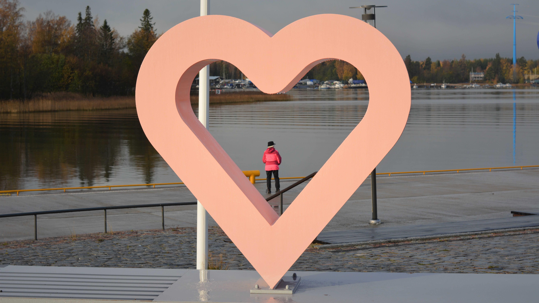 En staty i form av ett hjärta nere vid vattnet i Vasa.