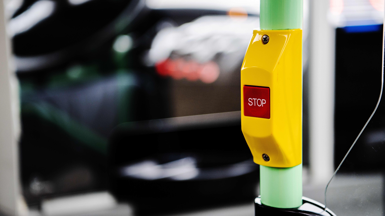 Kuvassa on linja-auton stop-nappi.
