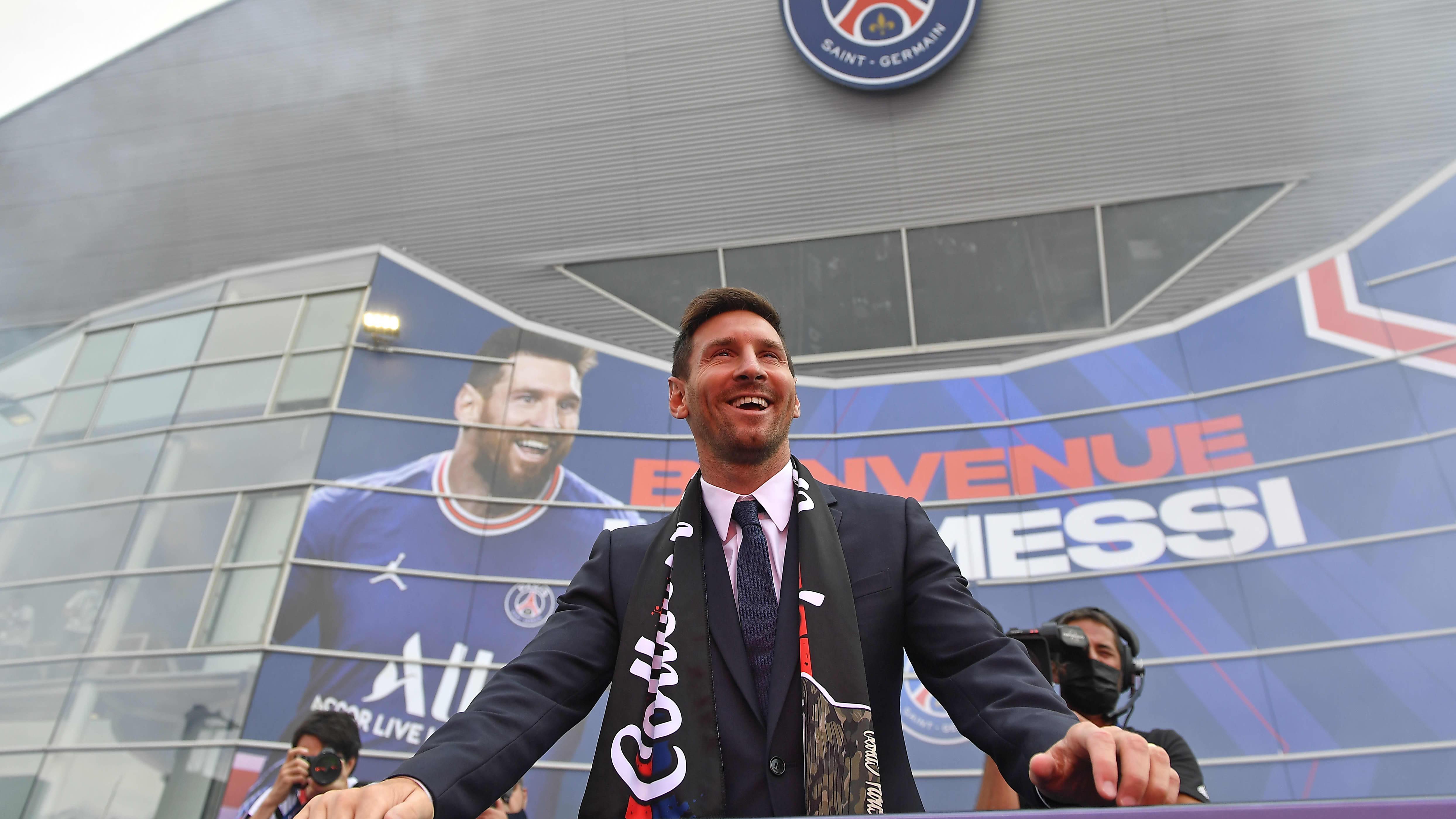 Lionel Messi poseeraa PSG:n stadionin edustalla