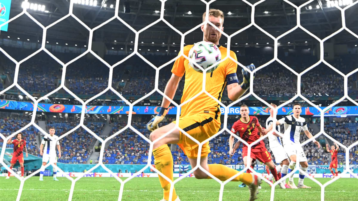 Kulmapotku päättyy epäonnisesti – Hradecky nyrkkeilee pallon maaliin