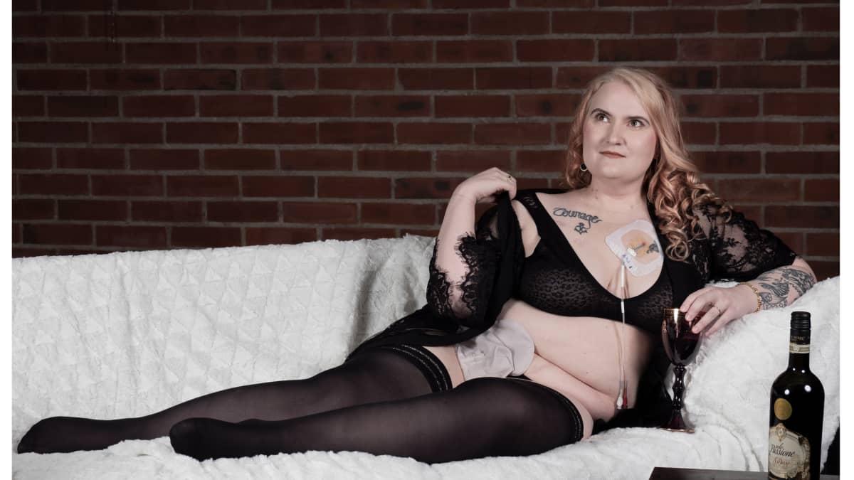 Nainen poseeraa alusvaatteissa