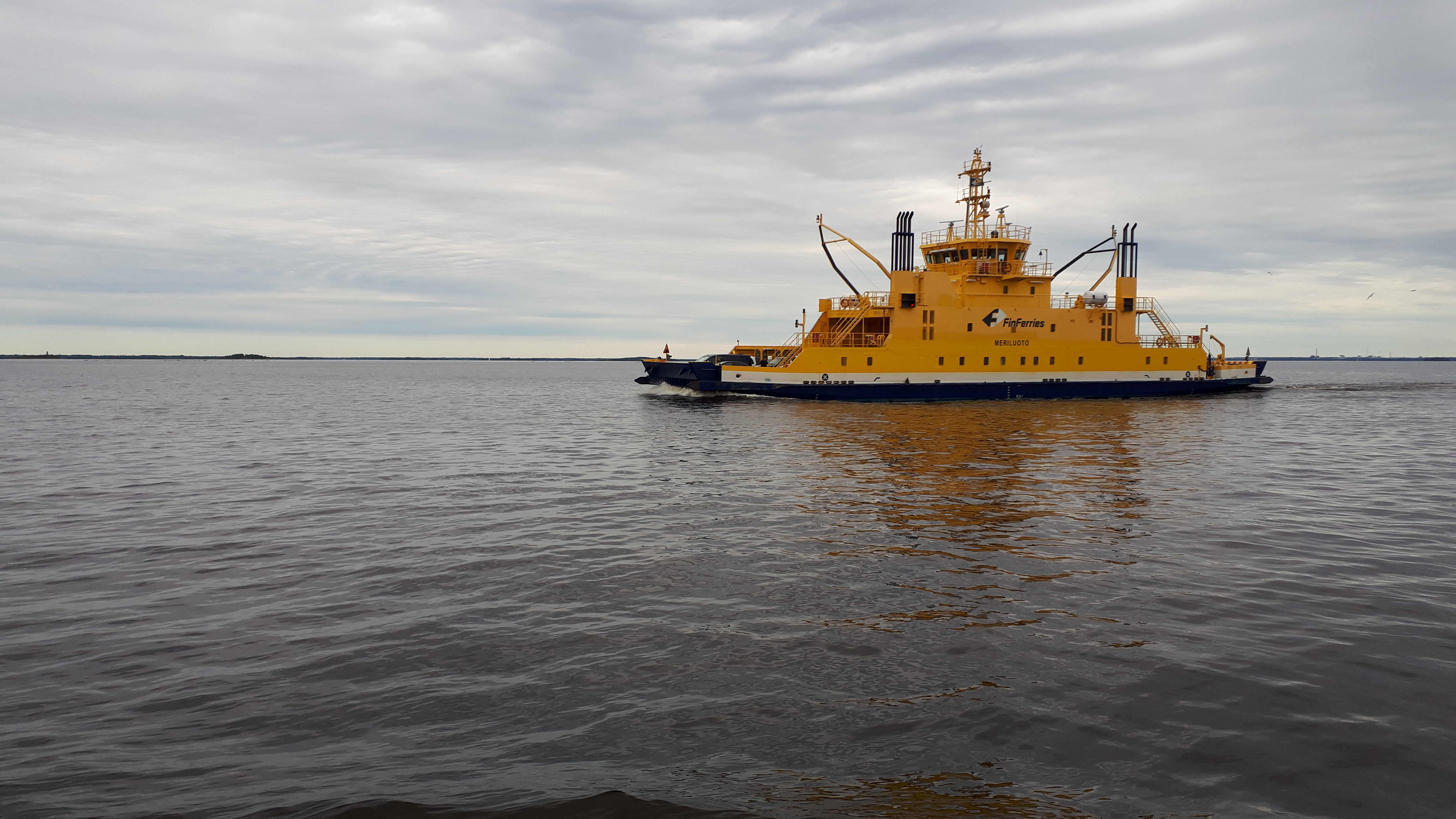 Kuvassa Hailuodon lauttaliikenteen aluksista Meriluoto.