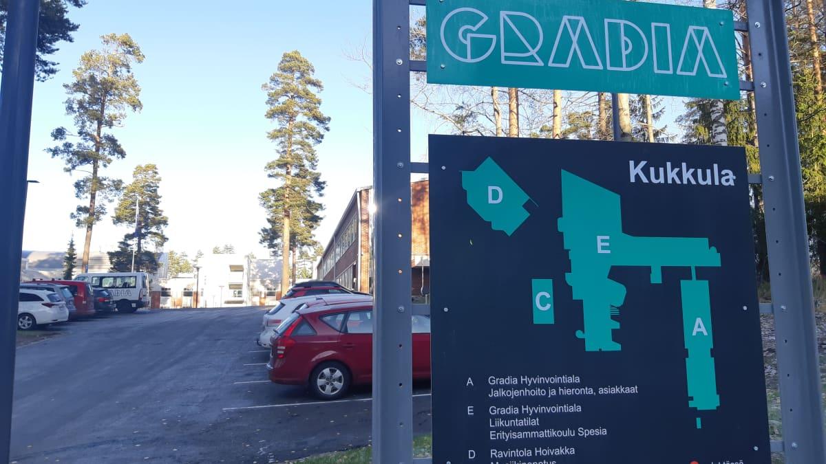 Gradian hyvinvointialan koulutuksen rakennuksia ja kyltti Jyväskylän sairaalanmäellä