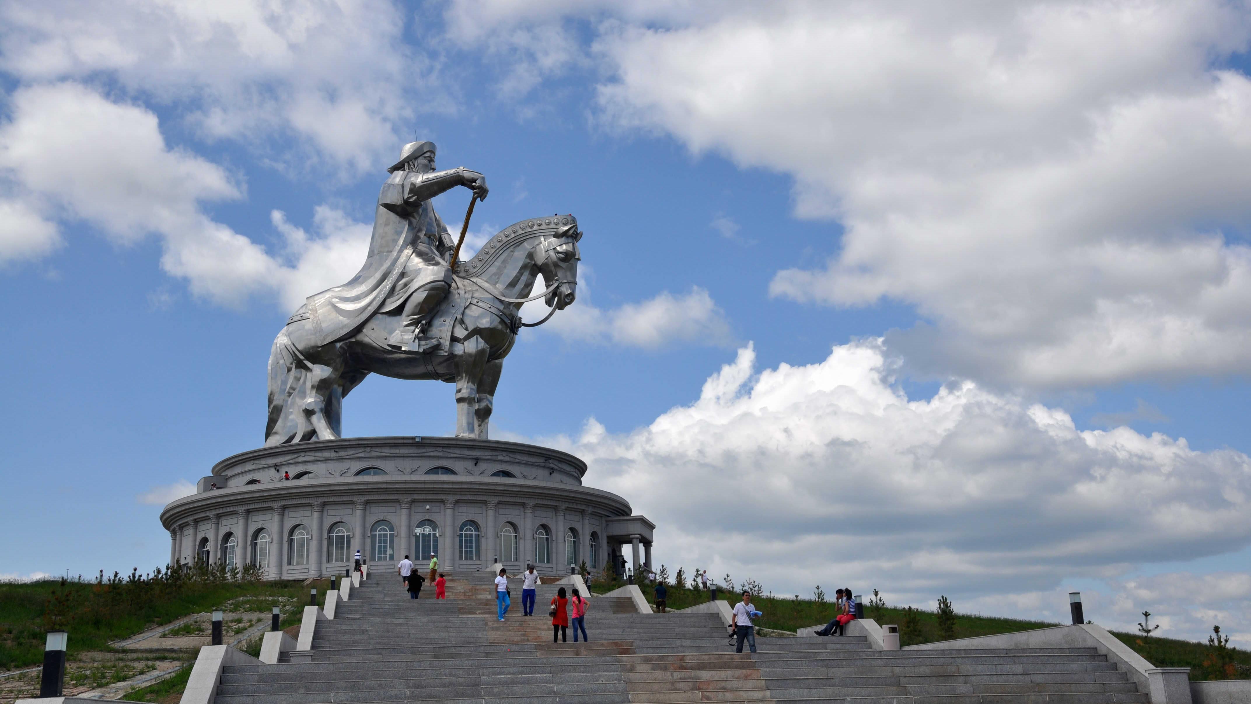 Mongolian valtakunnan perustajan Tšingis-kaanin kunniaksi rakennettu 30-metrinen patsas valmistui vuonna 2008. Se sijaitsee noin 54 kilometriä itään Mongolian pääkaupungista Ulaanbaatarista.