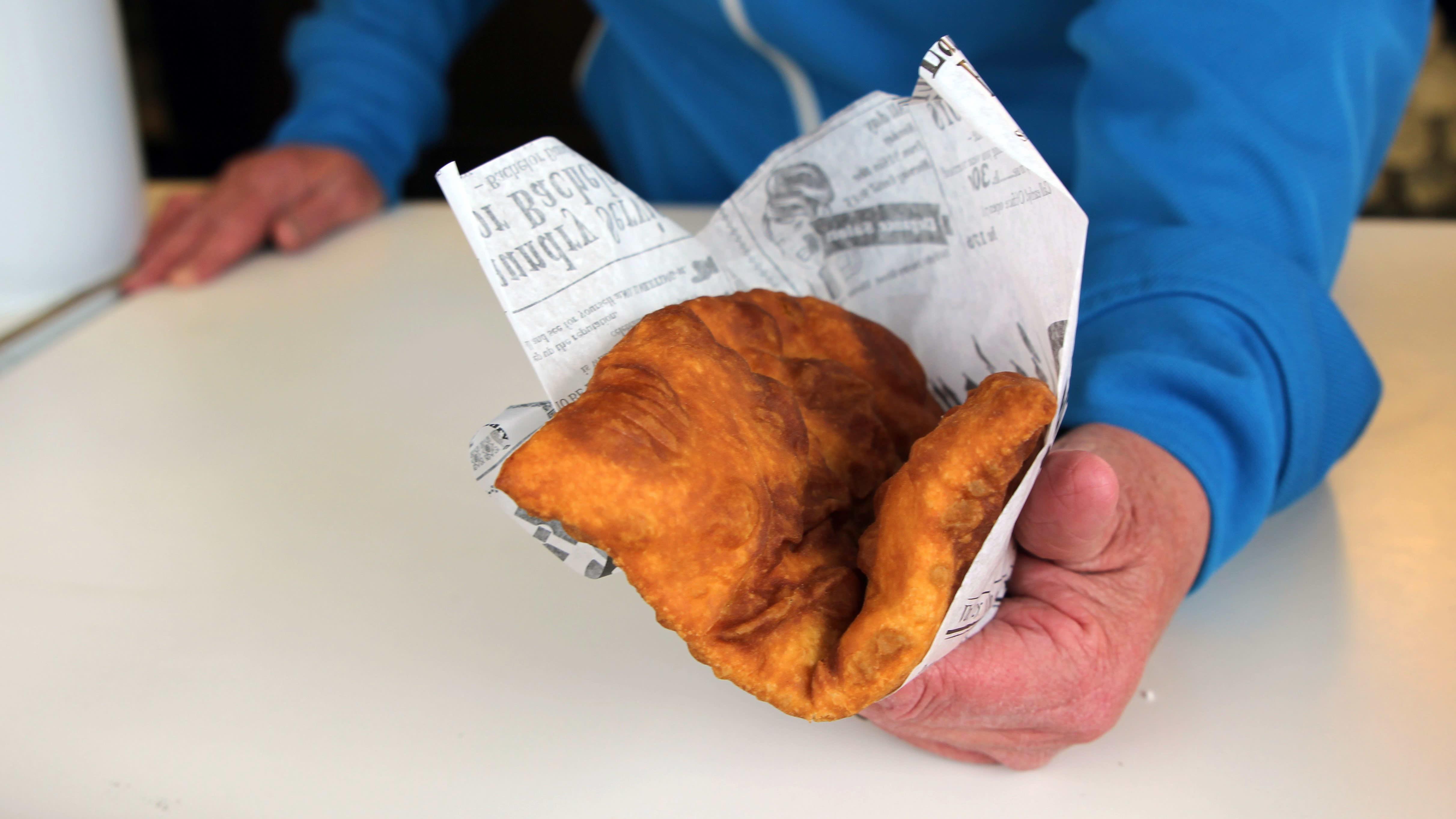 Leivonnainen ihmisen käsissä