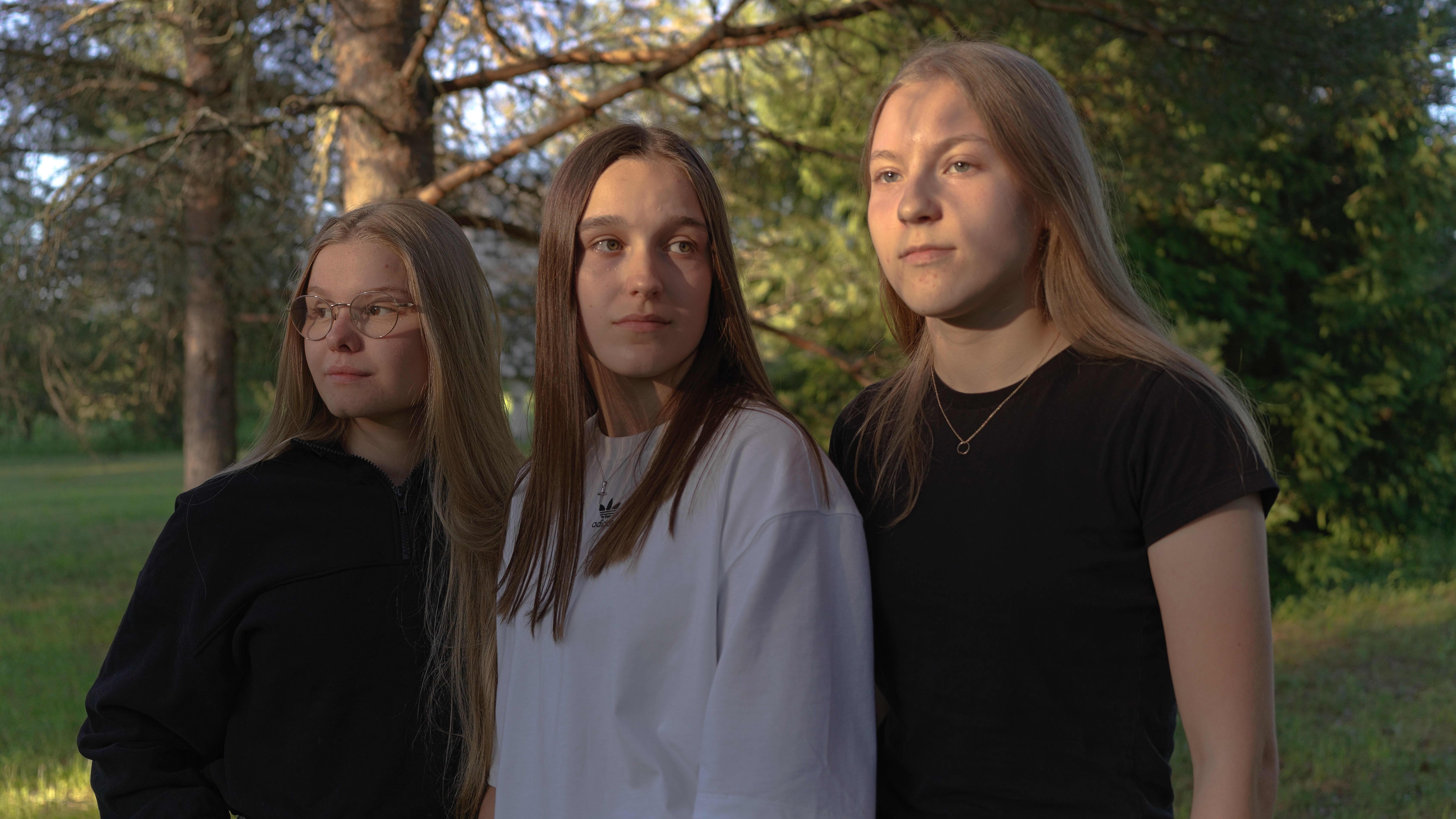 Ellen Hannula, Nella Ruonakoski, Mikaela Hiltunen nautiskelevat iltauringosta Lumijoella.