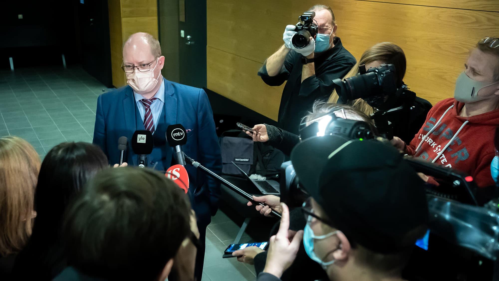 Syyttäjä ja asianajaja kommentoivat Veijo Baltzarin syytteitä